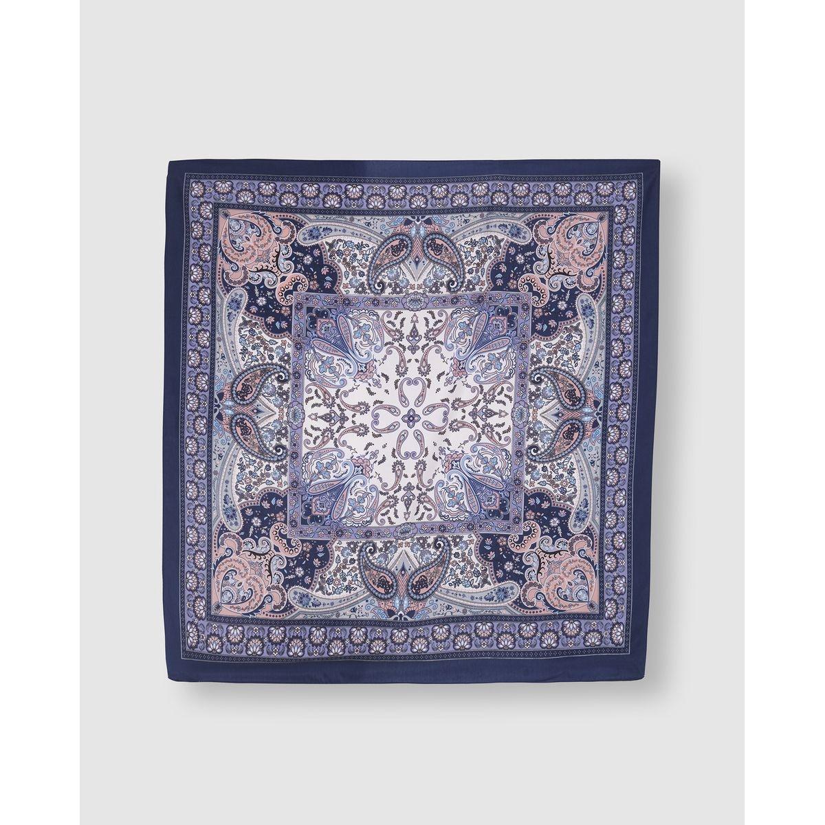 Foulard bleu à imprimé ornemental