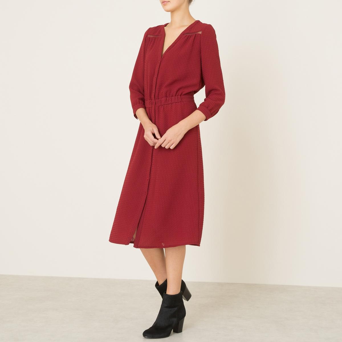 Платье ZOEПлатье BA&amp;SH - модель ZOE. Оригинальная рельефная ткань. V-образный вырез. Ажурная лента и складки спереди. Эластичный пояс со складками. Рукава 3/4. Застежка на пуговицы спереди.Состав и описание      Материал : 100% полиэстер     Марка : BA&amp;SH<br><br>Цвет: красный