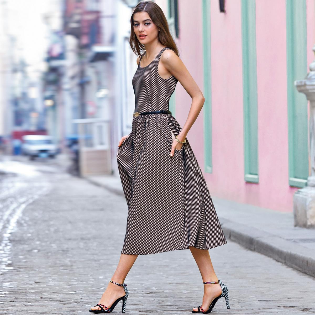Платье-трапецияПлатье-трапеция из трикотажа в контрастный горошек, 100% полиэстера. Закругленный вырез. Вырез сзади. Без рукавов. Длина ок.120 см.<br><br>Цвет: черный/телесный<br>Размер: 38 (FR) - 44 (RUS)