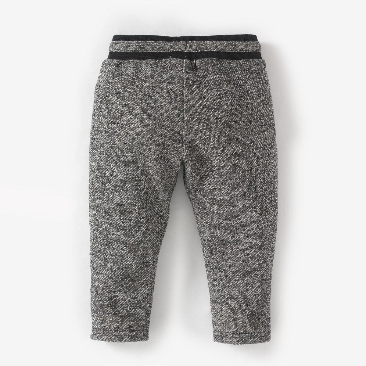Спортивные брюки, 1 месяц-3 годаСпортивные брюки из трикотажа меланж 83% хлопка, 17% полиэстера. Эластичный пояс с завязками. 2 ложных прорезных кармана. Стеганые нашивки на коленях. Отвороты внизу брючин.<br><br>Цвет: серый меланж<br>Размер: 1 мес. - 54 см.3 мес. - 60 см