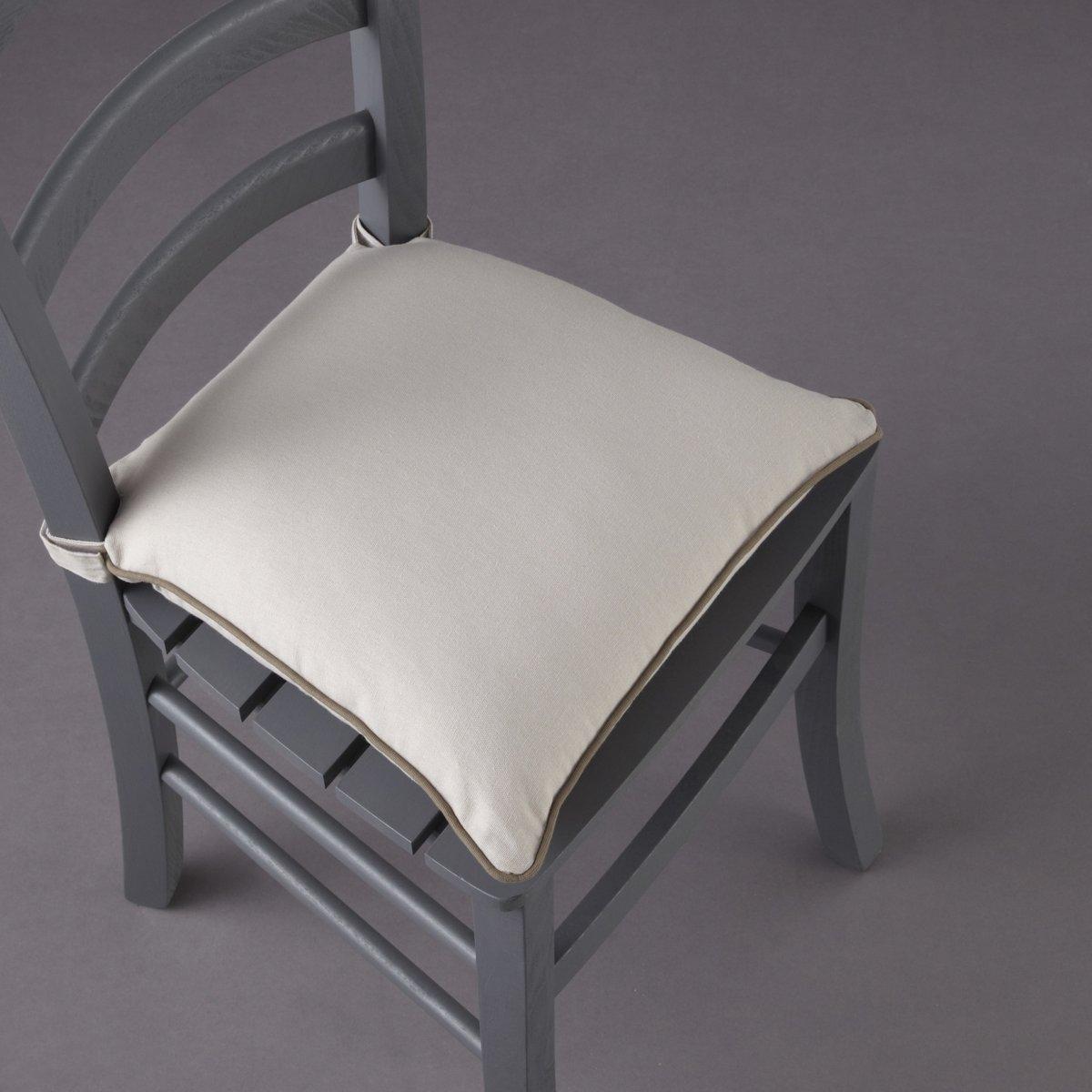 Подушка для стула, BRIDGYКоллекция предметов декора Valeur S?re - качественные изделия с красивой отделкой. Существует 5 однотонных расцветок и 1 принт в полоску (не для всех моделей). Все чехлы для мебели: кресел, диванов, стульев и для декоративных подушек (продаются отдельно на нашем сайте) отлично сочетаются. Состав, описание и уход: - 100% хлопок, отделка контрастным кантом. - Наполнитель: 100% полиэстера. - Съемный чехол. - Стирать при 40°C.- Застежка текстильная (липучка). - Размеры: 40 x 40 см, толщина: 4 см.Сертификат Oeko-Tex® дает гарантию того, что товары изготовлены без применения химических средств и не представляют опасности для здоровья человека.<br><br>Цвет: белый/ черный,индиго/серый жемчужный,серо-бежевый/серо-коричневый,серо-коричневый/серо-бежевый,серый жемчужный/ белый<br>Размер: 40 x 40  см