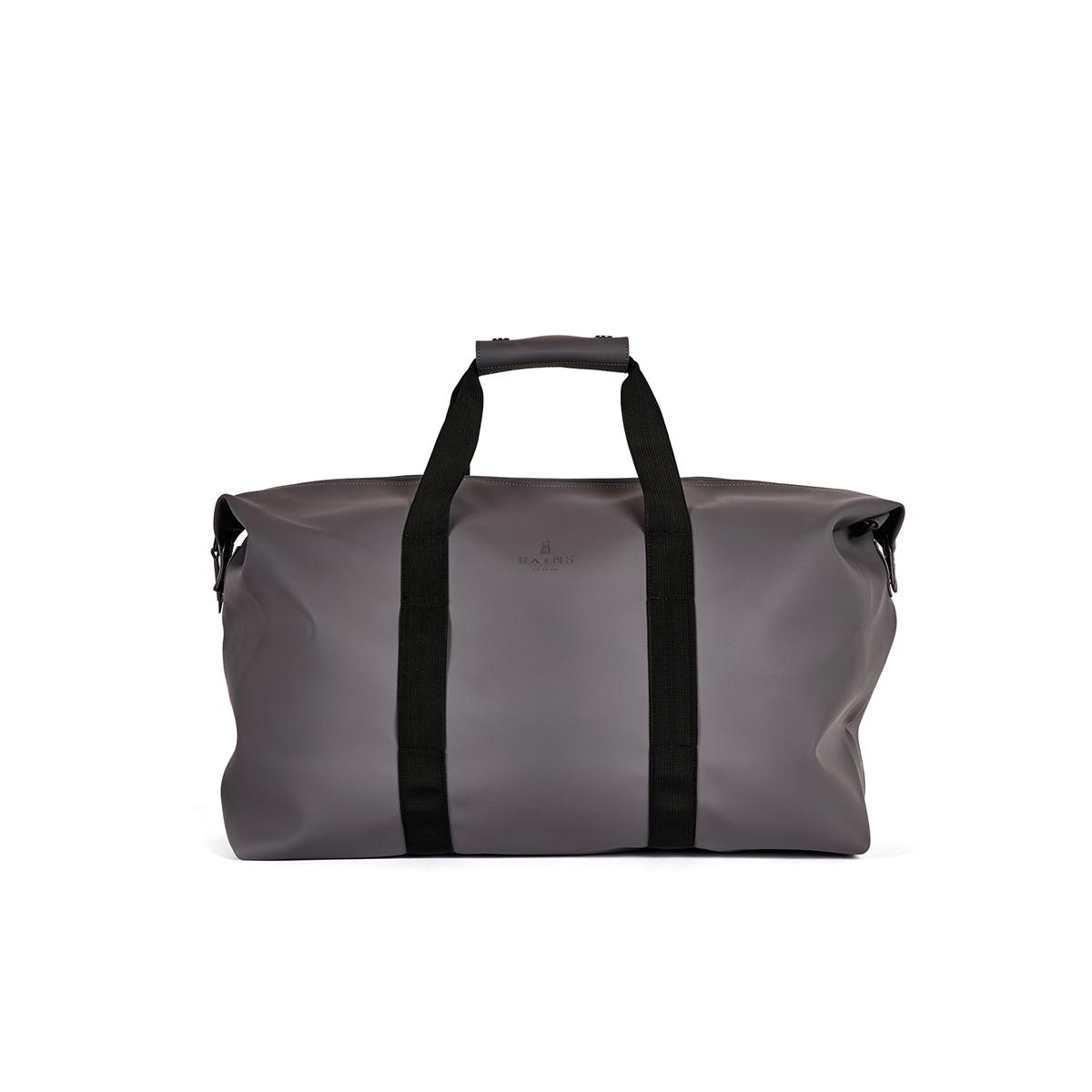 Сумка дорожная BAG 44 лДорожная сумка RAINS - модель BAG SMOKE из полиэстера и полиуретана. Застежка на молнию сверху . 2 больших контрастных ремешка для переноски в руке или на плече .  Непромокаемая ткань .              Состав и описание             Материал : 50% полиуретана, 50% полиэстера   Размеры : В. 41 см x Ш. 51 см x Г. 21 смОбъем : 44 л            Марка : RAINS<br><br>Цвет: серый