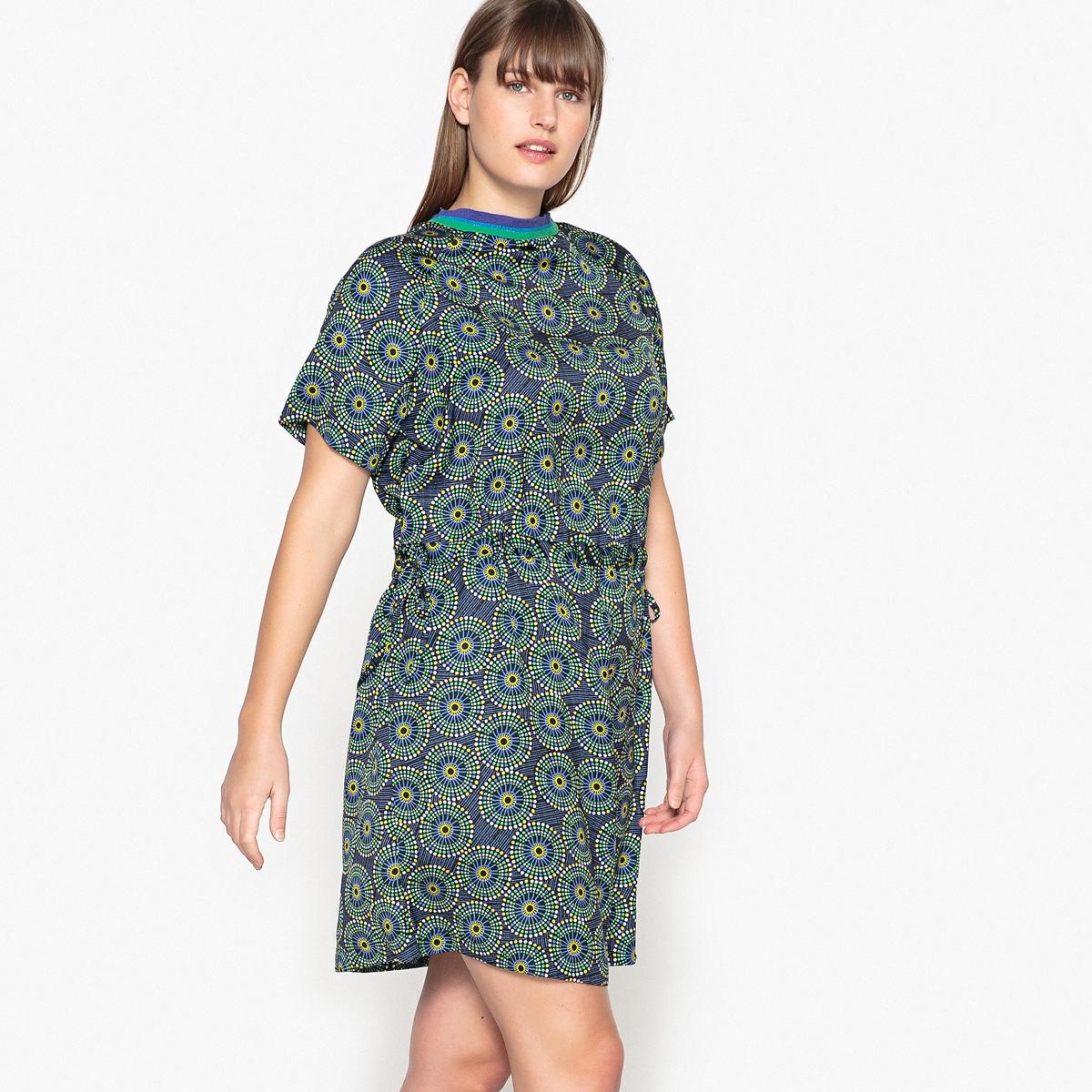 Платье прямое средней длины с графическим рисунком