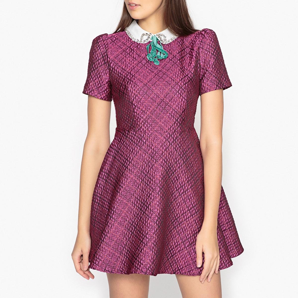 Платье укороченное расклешённое с короткими рукавамиОписание:платье с короткими рукавами SISTER JANE. Шов на талии, контрастный воротник со стразами и завязками с пайетками.Детали •  Форма : расклешенная •  Укороченная модель •  Короткие рукава    •  Воротник-поло, рубашечныйСостав и уход •  5% эластана, 95% полиэстера  •  Подкладка : 100% вискоза •  Следуйте советам по уходу, указанным на этикетке •  Сборки на плечах •  Шов на талии с выточкой •  Длина ок.82 см. для размера S<br><br>Цвет: розовый<br>Размер: S