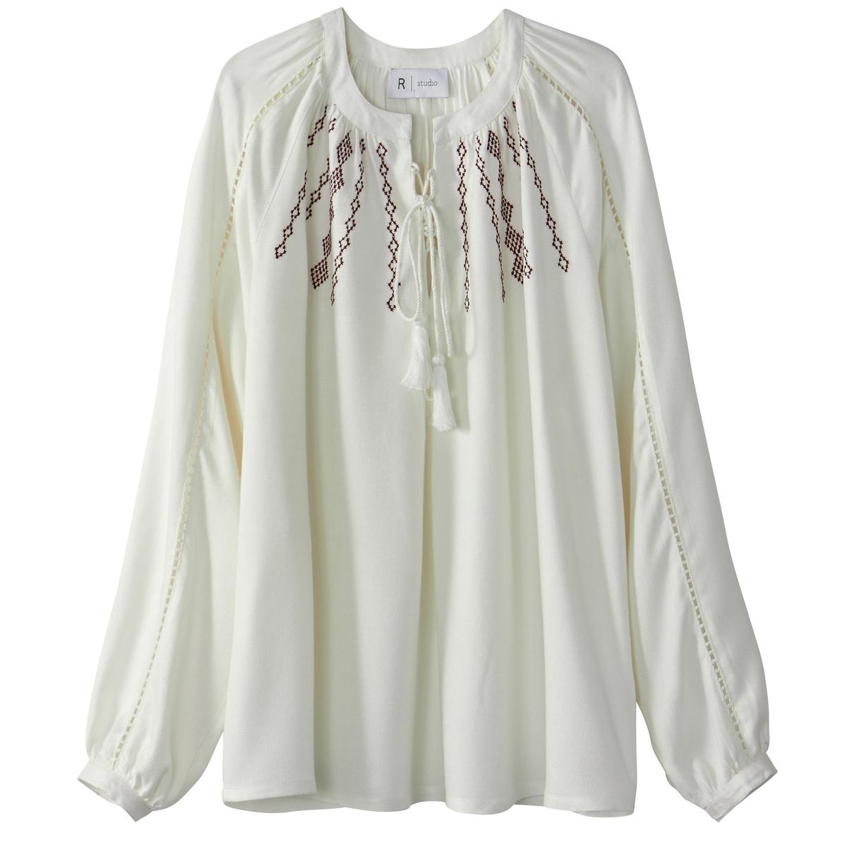 Блузка с вышивкой и помпонами
