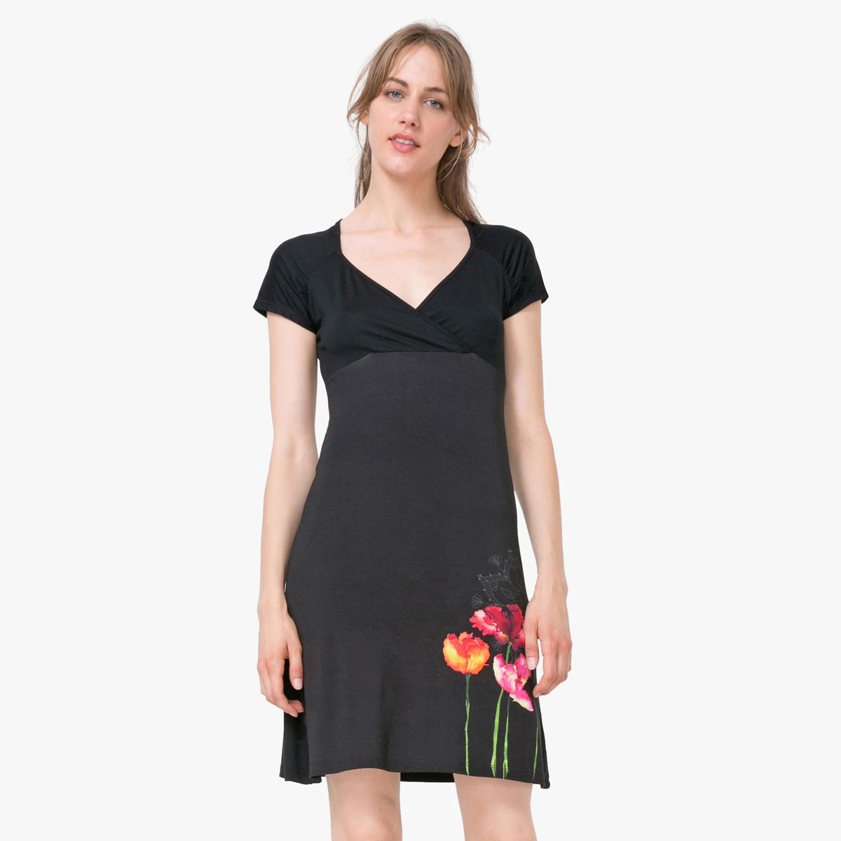 Платье с короткими рукавами, глубоким вырезом и цветочным рисункомМатериал : 95% вискозы, 5% эластана  Длина рукава : короткие рукава  Форма воротника : V-образный вырез Покрой платья : расклешенный покрой Рисунок : цветочный  Особенность платья : вырез спереди Длина платья : короткое<br><br>Цвет: черный<br>Размер: M