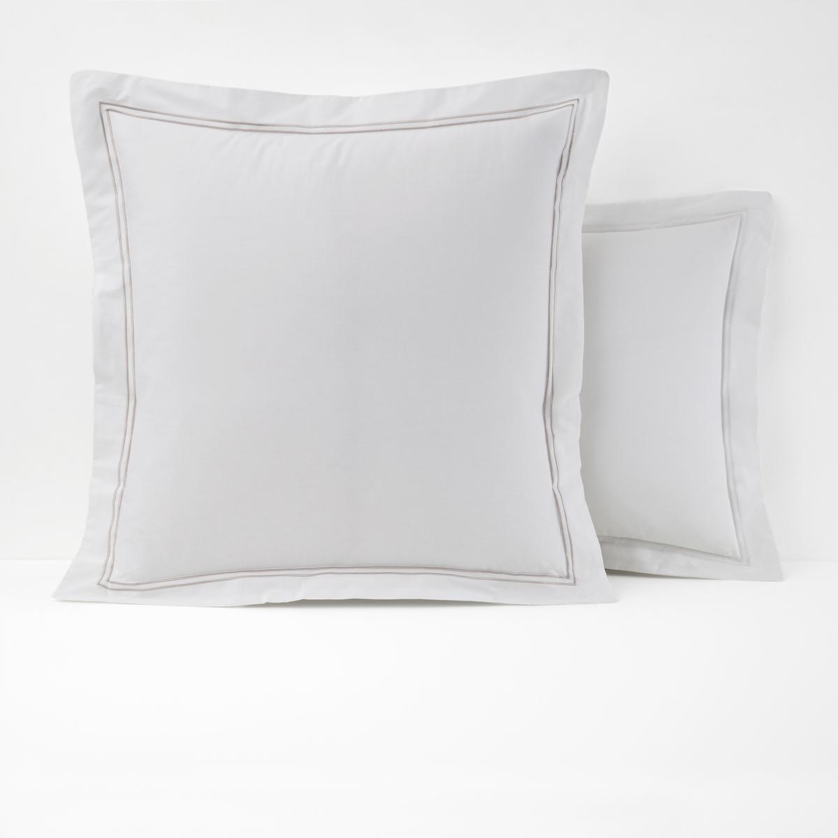 Наволочка из хлопковой перкали, PalacePalace :Постельное белье, сочетающее простоту и шик двойного контрастного канта светло-серого цвета на однотонном белом или сером фоне  .Характеристики наволочек Palace  :- Перкаль, 100% хлопка - настоящий люкс для вашей спальни. Роскошная ткань с очень плотным переплетением нитей (80 нитей/см?), сотканная из длинных хлопковых волокон . Чем плотнее переплетение нитей/см?, тем выше качество материала.- Наволочка на подушку (квадратную или прямоугольную) имеет волан и двойную окантовку . На подушку-валик: двойной кант по краям  .- Машинная стирка при 60°, легко гладить..Знак Oeko-Tex® гарантирует отсутствие вредных для здоровья человека веществ в протестированных и сертифицированных изделиях.Размеры :50 x 70 см : Прямоугольная наволочка 63 x 63 см : Квадратная наволочкаНайдите комплект постельного белья Palace<br><br>Цвет: белый,серый/розовая пудра,темно-серый,темно-синий/серый<br>Размер: 63 x 63  см.50 x 70  см.63 x 63  см.50 x 70  см