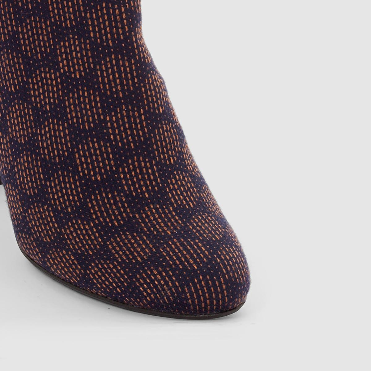 Ботильоны с рисунком на каблукеМарка : Mademoiselle R. ВерхВерх : текстильПодкладка : текстильСтелька : кожа.Подошва : из эластомера.Высота каблука : 9 см.Форма каблука: широкая Носок: круглый Застежка : на молнии сбоку<br><br>Цвет: рисунок темно-синий<br>Размер: 37.36