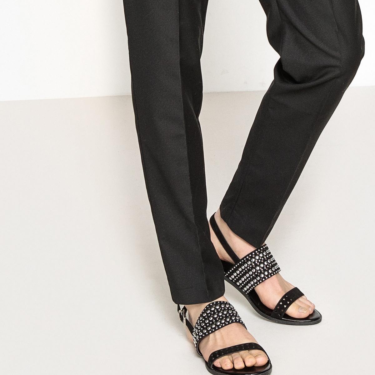 Sandálias com detalhe tachas