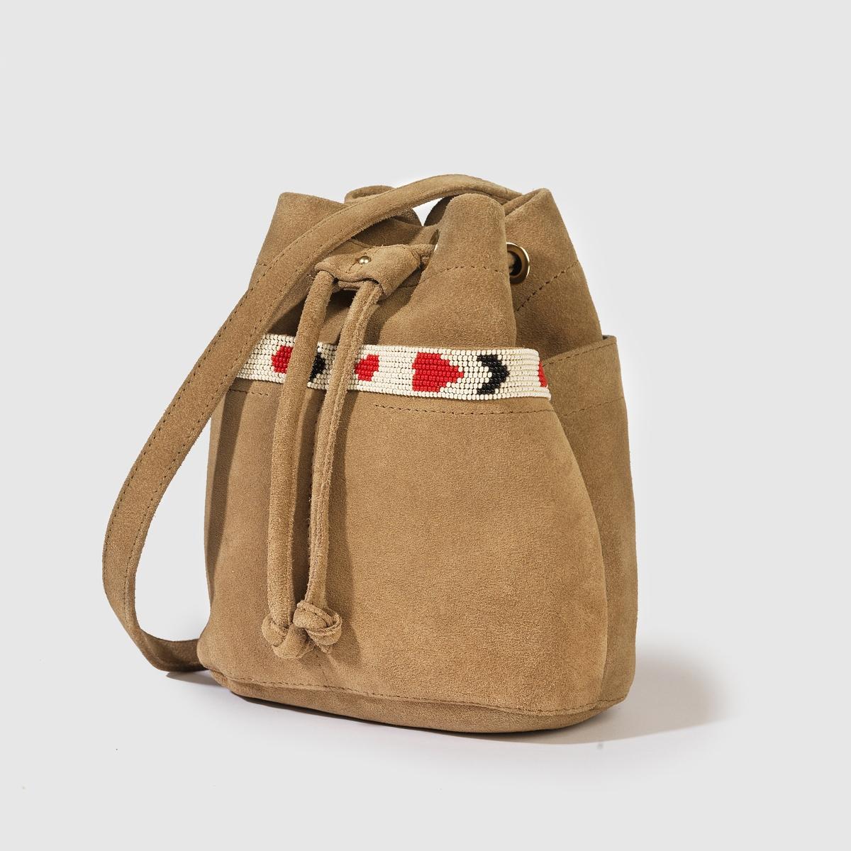 Сумка из кожи, HachiМарка : PETITE MENDIGOTE. Размер: 18 x 21 x 10,5 см Верх : 70% яловичной неотделанной кожи, 30% бисера  Подкладка : 100% хлопокЗастежка : завязки Плечевой ремень : регулируемый ремешок Преимущества : сумка из кожи с тесьмой, расшитой бисером, в аутентичном и не выходящем из моды стиле нео-ретро.<br><br>Цвет: бежевый
