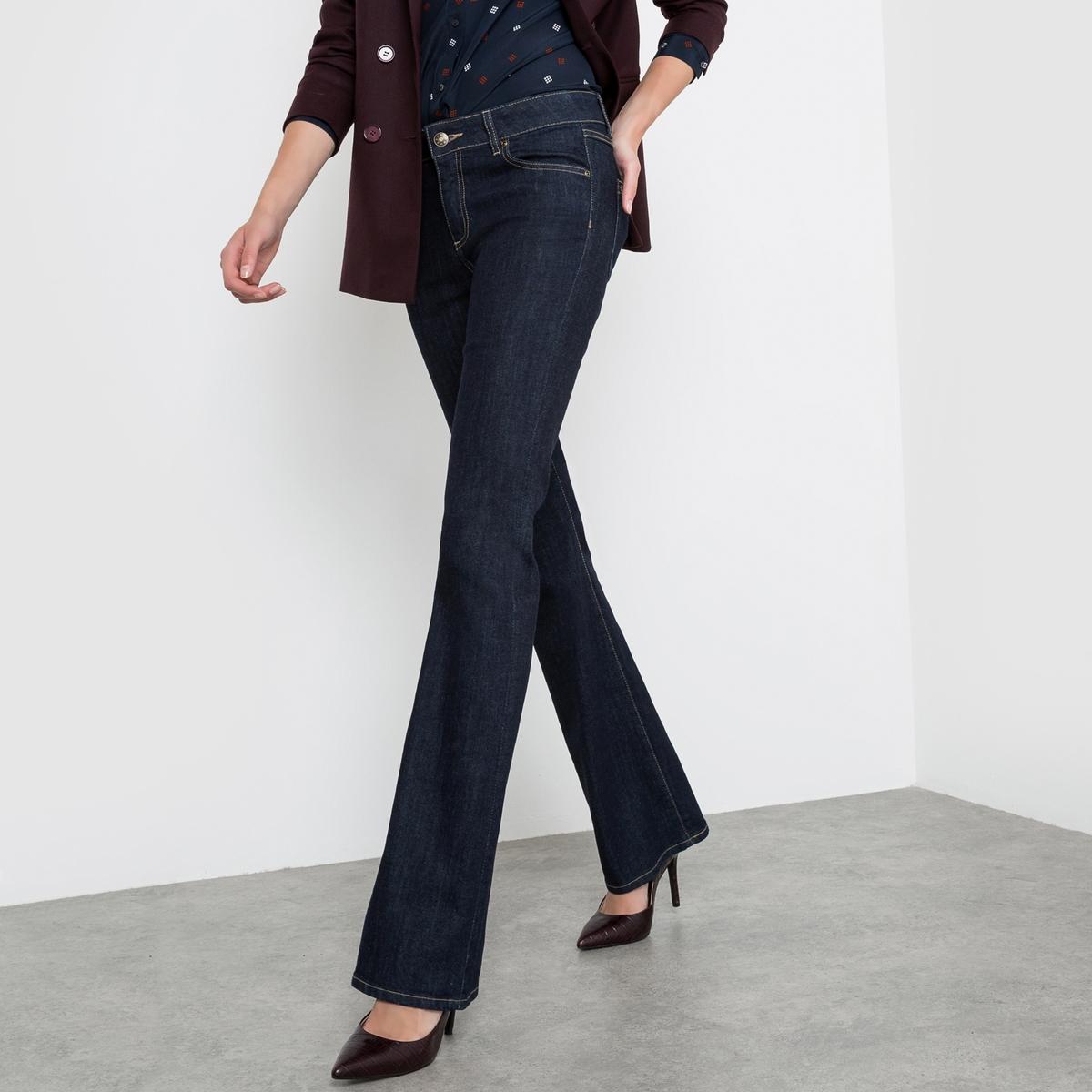 Джинсы-буткат, заниженный поясДжинсы покроя буткат (брюки прямые до колен и расклешенные к низу). Покрой 5 карманов. Планка застежки на молнию.Деним, 98% хлопка, 2% эластана. Длина по внутреннему шву 83 см, ширина по низу 23 см. Существует 3 варианта длины..<br><br>Цвет: темно-синий