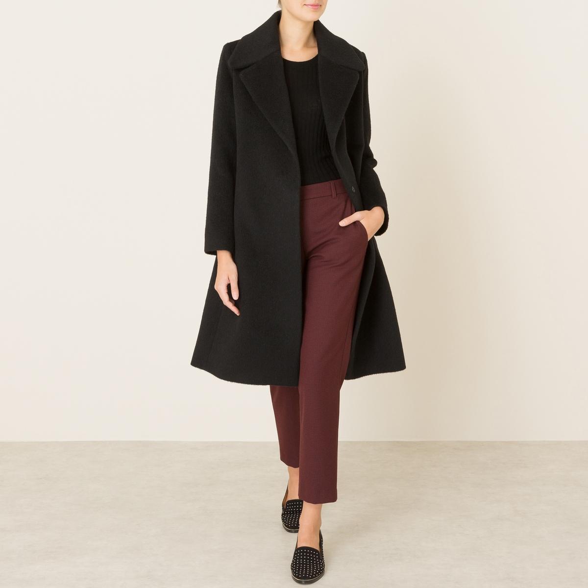 Пальто длинное из шерстяного драпаДлинное пальто LA BRAND BOUTIQUE - с запахом, с застежкой на 2 кнопки, из шерстяного драпа.  Зубчатый воротник, застежка на 2 скрытые кнопки. Широкий пояс. Прямые рукава. Шлица сзади. На подкладке.Состав и описание    Материал : 60% необработанной шерсти, 15% мохера, 25% полиамида   Подкладка 100% ацетат   Марка : LA BRAND BOUTIQUE<br><br>Цвет: черный