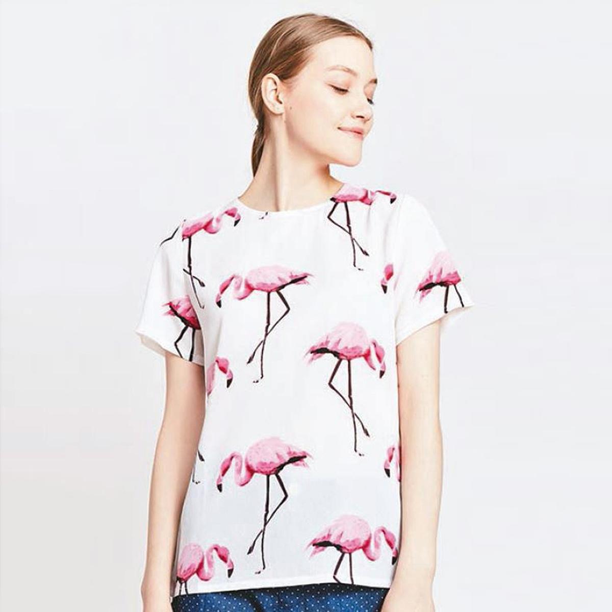 Блузка с рисунком розовый фламингоМатериал : 100% полиэстер   Длина рукава : короткие рукава Форма воротника : круглый вырез Длина блузки: стандартная  Рисунок : анималистический<br><br>Цвет: рисунок/белый<br>Размер: S
