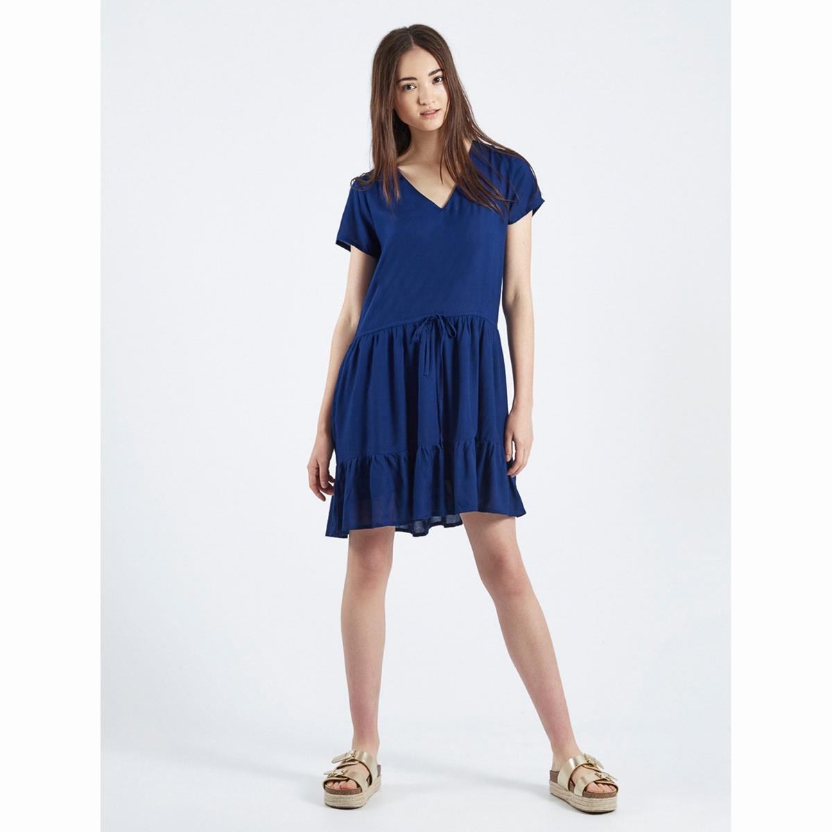 Платье Vestido Azul AdaСтруящееся платье Vestido Azul Ada.    Короткие рукава. V-образный вырез. Пояс на кулиске с завязками. Расклешенный низ с широкими воланами.Состав и описаниеМатериал : 100% вискозаМарка : Compania FantasticaМодель : Vestido Azul AdaУходСледуйте рекомендациям по уходу, указанным на этикетке изделия<br><br>Цвет: темно-синий<br>Размер: L