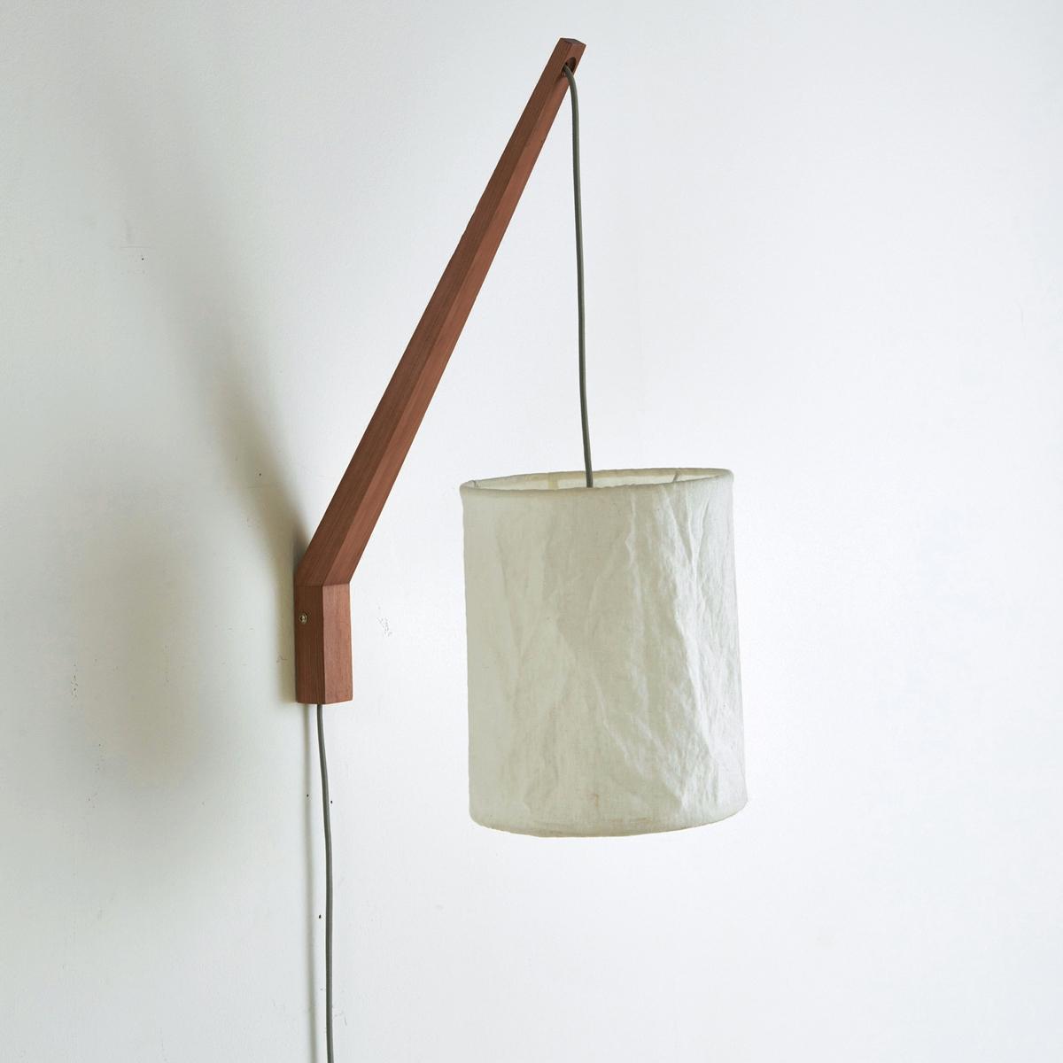Светильник настенный, SettoСветильник настенный, Setto . Оригинальный дизайн с необычной формой, низ из дерева ясеня и металла, на краю которого крепится абажур из льна  . Стильный и изысканный !Описание светильника Setto   :Патрон E14 для  лампочки макс 40W (не входит в комплект).Этот светильник совместим с лампочками    энергетического класса  : A, B, C, D и EХарактеристики светильника  Setto   :Каркас из дерева ясеня, абажур из натурального льна  .Кабель с текстильным покрытием серого цвета, регулируемый по высоте  .Найдите коллекцию светильников на сайте laredoute.ruРазмер светильника Setto   :Основание :Высота : 48 смГлубина : 35 смАбажур :Высота : 25,5 смДиаметр: 15,5 см.Размеры и вес коробки :1 коробка60 x 10,5 x 20 см<br><br>Цвет: серо-бежевый/белый