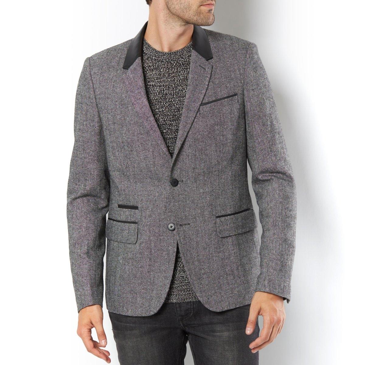 Пиджак с воротником из искусственной кожиНебольшой прорезной карман внизу прямого клапана. Пуговицы на манжетах . Контрастная черная подкладка. Шлица сзади. Ложная бутоньерка на воротнике. Длина 75 см.<br><br>Цвет: серый<br>Размер: 44