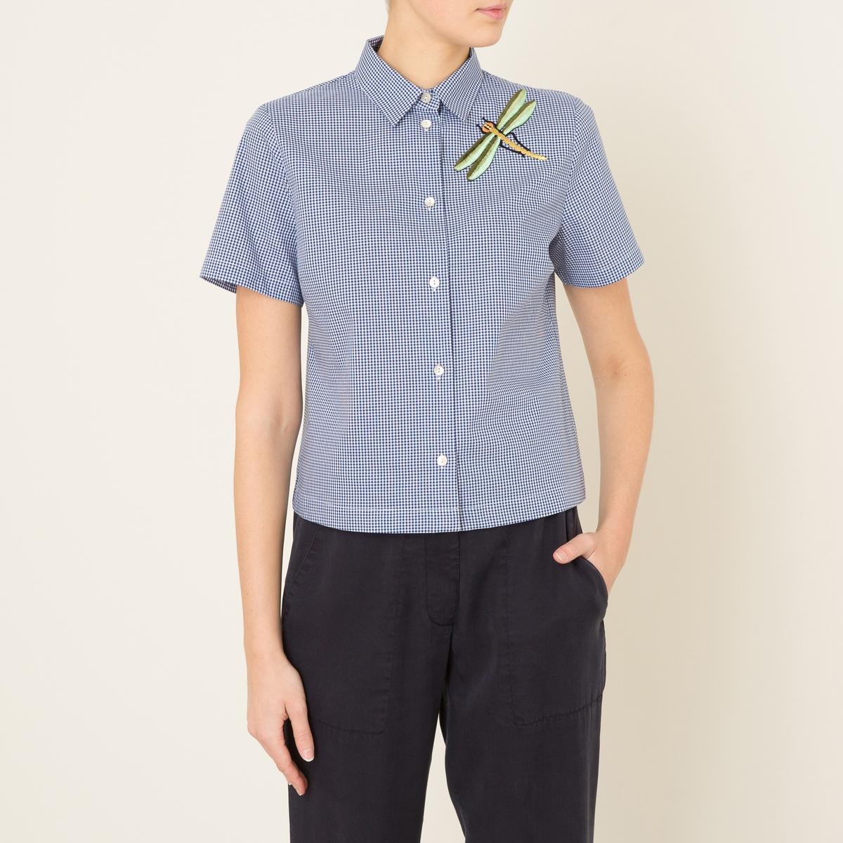 Рубашка CORNETTOРубашка MOMONI - модель CORNETTO  короткая в клетку и нашивкой с вышивкой стрекоза, хлопок . Рубашечный воротник со свободными уголками   . Застежка на пуговицы. Короткие рукава. Прямой низ. Состав и описание    Материал : 100% хлопок   Марка : MOMONI<br><br>Цвет: синий/ белый<br>Размер: M