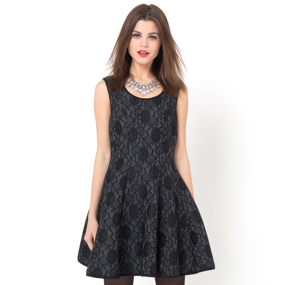 Платье кружевноеКружевное платье, 80% полиамида, 15% вискозы, 5% эластана. Кружево, 90% полиамида, 10% эластана. Застежка на молнию. Широкий покрой.<br><br>Цвет: черный<br>Размер: 38 (FR) - 44 (RUS)