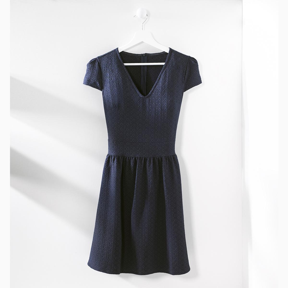 Платье жаккардовоеЖаккардовое платье с геометрическим структурным рисунком в тон. Короткие рукава. V-образный вырез спереди. Отрезное по талии, подчеркнуто складками. Потайная застежка на молнию сзади. Состав и описание Материал : 51% вискозы, 46% полиэстера, 3% эластанаДлина : 90 смУходМашинная стирка при 30 °C с вещами схожих цветовСтирать и гладить с изнаночной стороны Машинная сушка в умеренном режиме Гладить при низкой температуре<br><br>Цвет: зеленый,темно-синий<br>Размер: 44 (FR) - 50 (RUS).42 (FR) - 48 (RUS).40 (FR) - 46 (RUS).38 (FR) - 44 (RUS).44 (FR) - 50 (RUS).42 (FR) - 48 (RUS).40 (FR) - 46 (RUS)