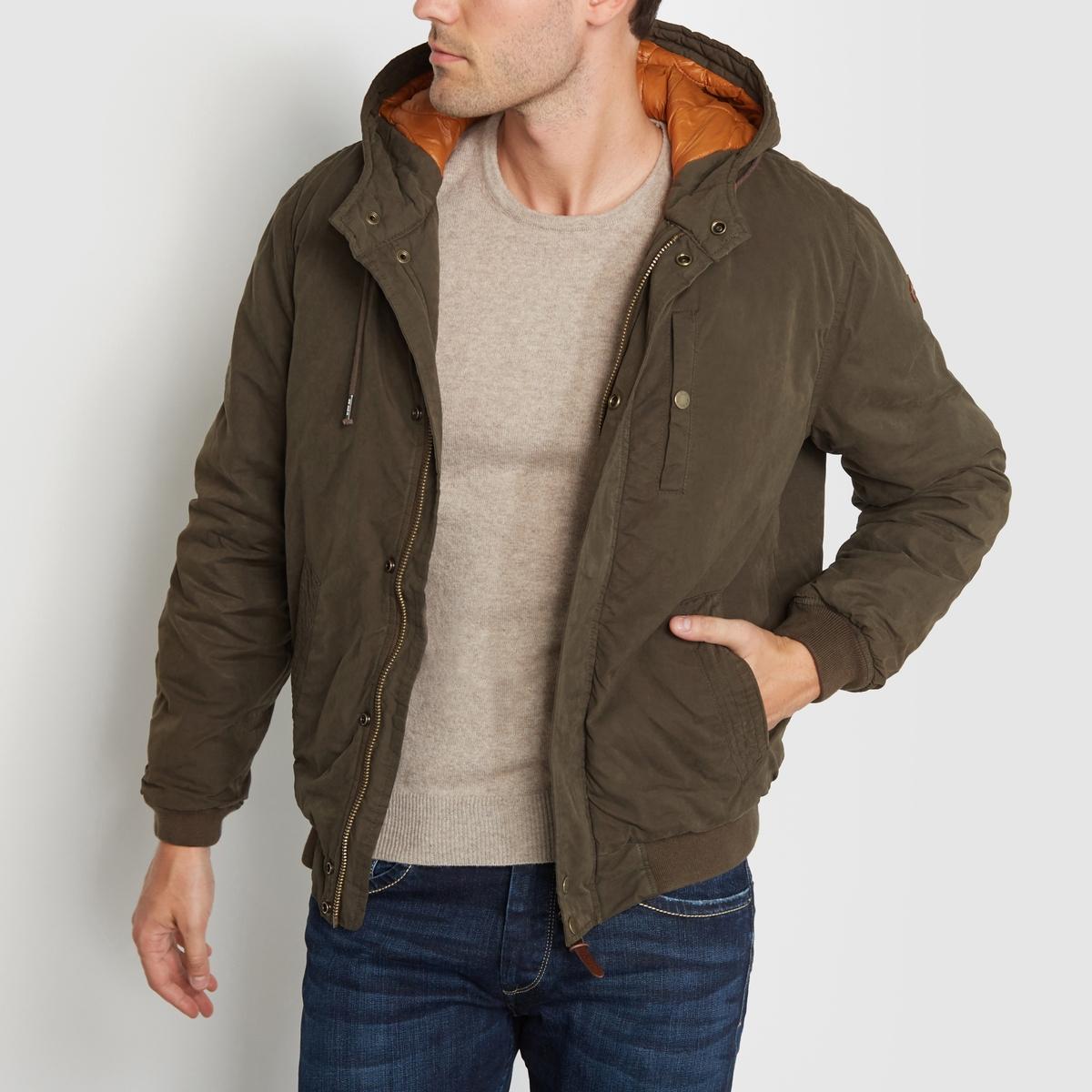 Куртка с капюшоном PEPE JEANS.Куртка с капюшоном PEPE JEANS. Кайма на манжетах и внизу куртки. Два кармана по бокам и один нагрудный карман. Супатная застёжка на молнию и пуговицы. Состав и описание:Материал: 46% хлопка, 36% полиэстера, 18% полиамида.Марка: PEPE JEANS.<br><br>Цвет: хаки