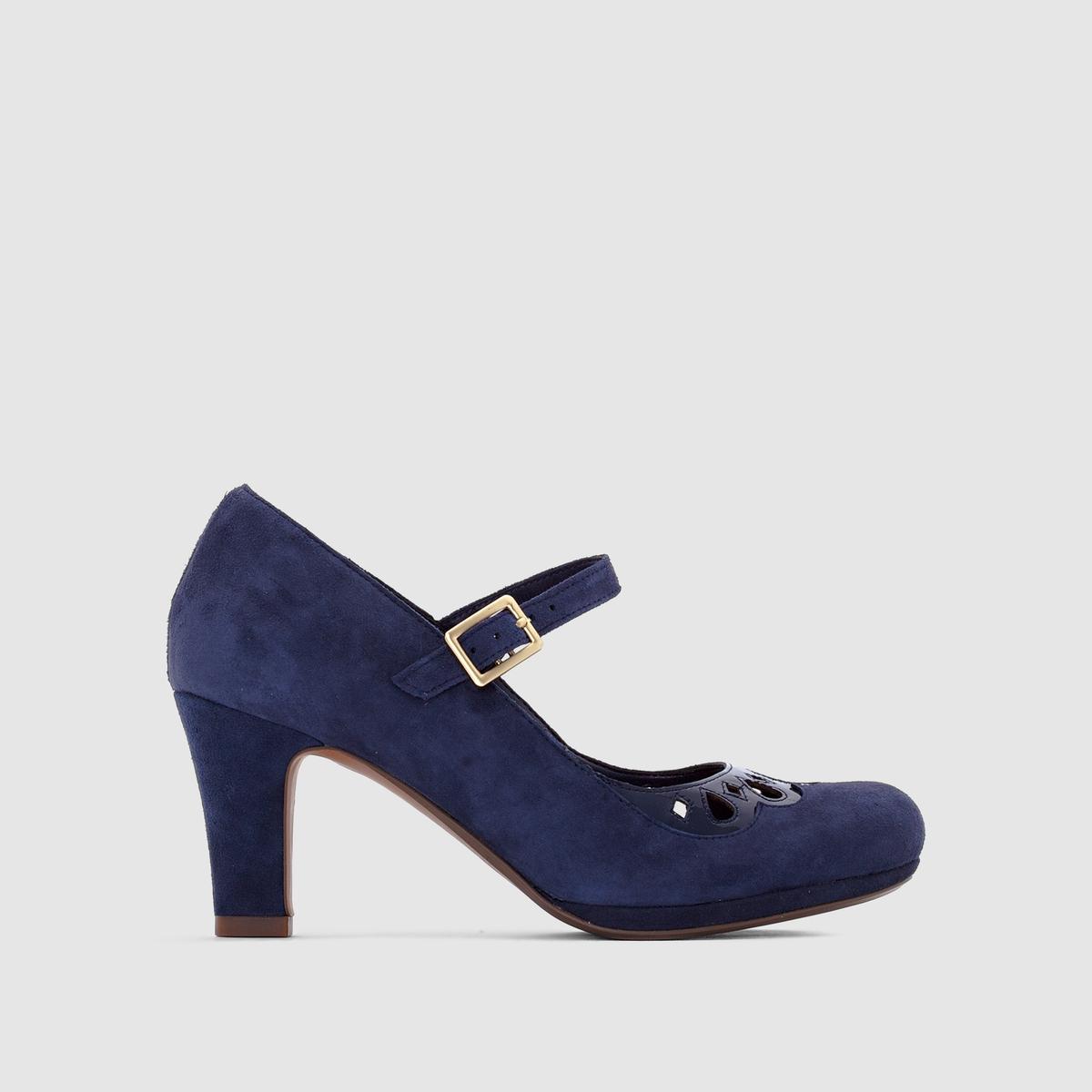 Туфли CLARKS Chorus MusicОчень мягкая замшевая кожа, подчеркнутая женственной вставкой и очаровательным ремешком: изысканные и удобные туфли от марки Clarks.<br><br>Цвет: темно-синий<br>Размер: 37