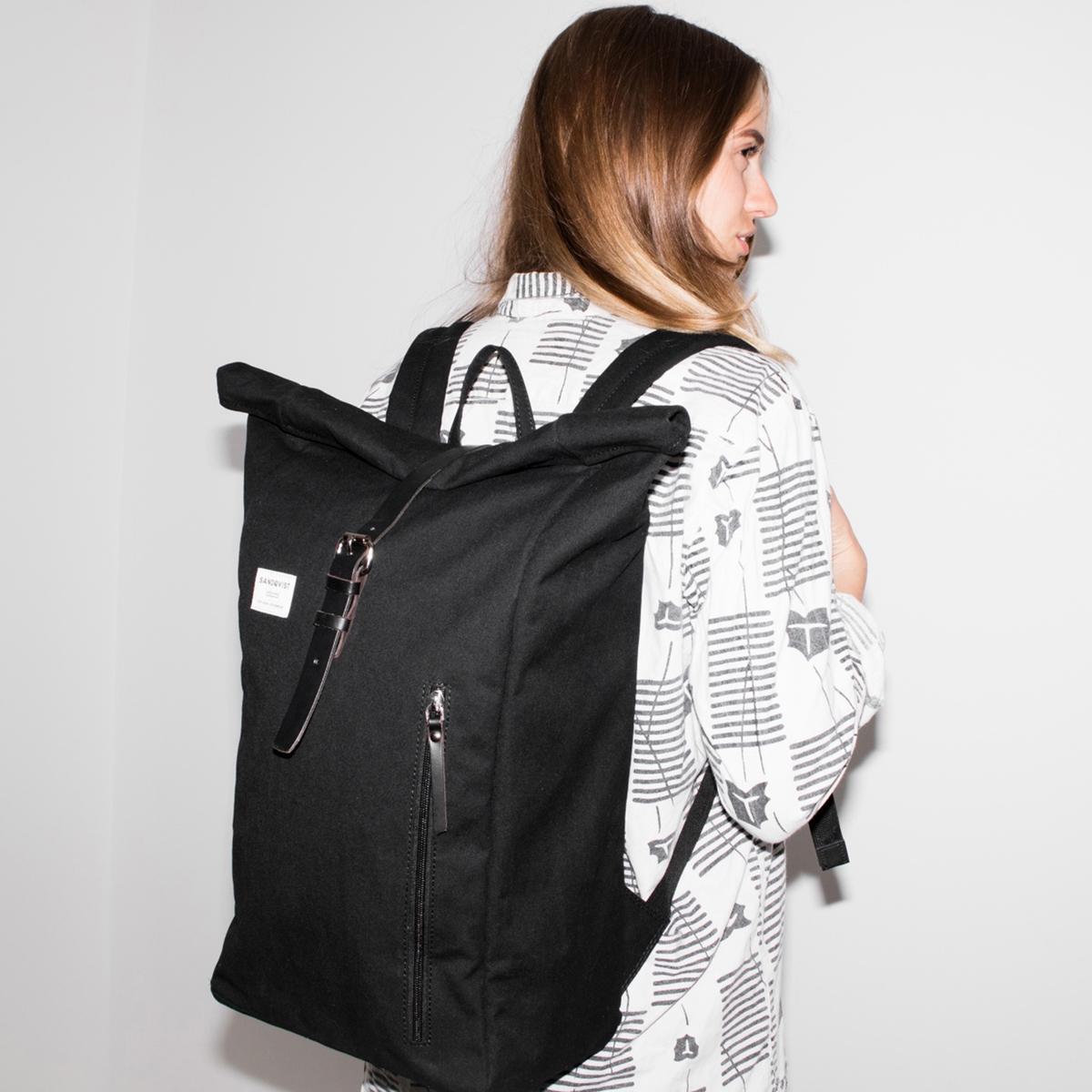 Рюкзак на молнии DANTEОписание:Рюкзак SANDQVIST - модель DANTE : сумка с небольшой ручкой, чтобы носить ее в руках, 2 регулируемыми лямками, чтобы носить через плечо, и 2 небольшими вертикальными карманами на молнии спереди.Детали •  1 небольшая ручка, чтобы носить в руках •  Регулируемые лямки, чтобы носить через плечо •  Кожаный ремешок с металлической пряжкой •  Карман на молнииСостав и уход •  65% биохлопка, 35% переработанного полиэстера •  Детали из кожи •  Подкладка 100% полиэстер •  Следуйте рекомендациям по уходу, указанной на этикетке изделия.<br><br>Цвет: черный