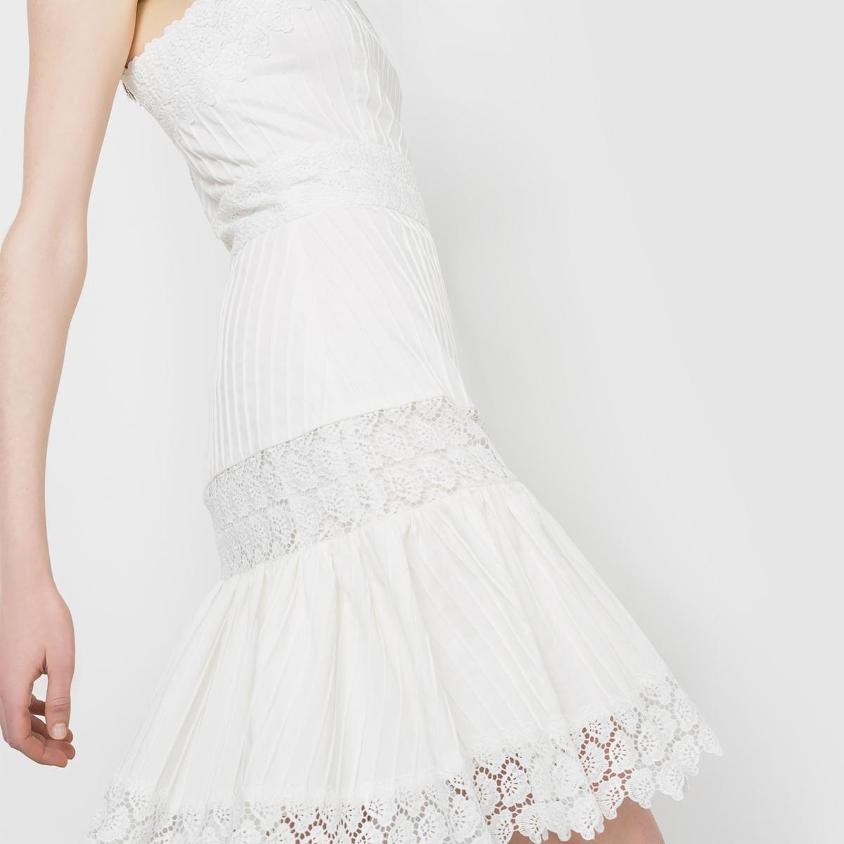 Платье короткое с бретелямиПлатье с вышивкой и складками спереди и сзади. Вышитые бретели. Молния сзади. Широкий низ. Состав и описаниеМатериал 73% хлопка, 25% полиэстера, 2% эластанаКружево 100% полиэстераДлина       92 смМарка DELPHINE MANIVET  УходМашинная стирка при 30 °C - Не отбеливать - Гладить при низкой температуре - Машинная стирка запрещена<br><br>Цвет: экрю<br>Размер: 42 (FR) - 48 (RUS)