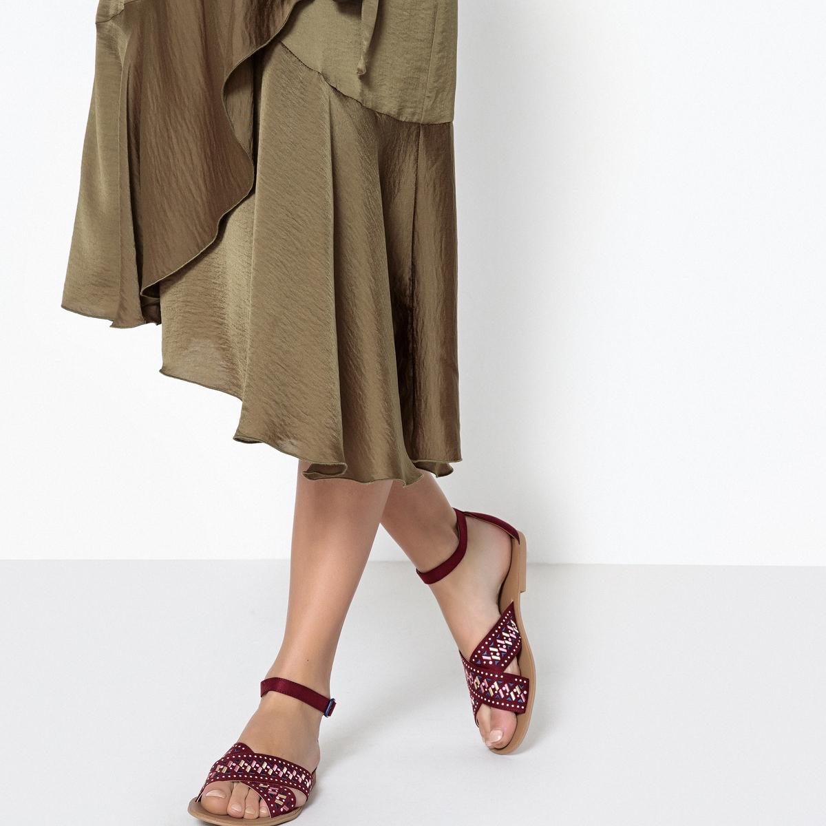 Sandalias con motivos bordados