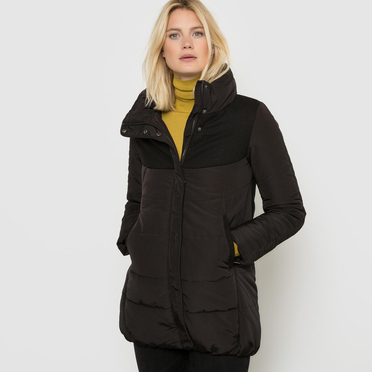 Стеганая куртка из двух материаловСтеганая куртка из двух материалов R essentiel. Свободный покрой. Высокий воротник. Застежка на молнию и кнопки. Контрастные вставки спереди и сзади. 2 кармана на молнии спереди.      Состав и описание Основной материал: 100% полиэстераПодкладка: 100% полиэстераДополнительный материал  51% полиэстера, 32% акрила, 14% шерсти, 3% полиамидаДлина: 77 смМарка: R essentiel  Уход  Только сухая чистка<br><br>Цвет: черный<br>Размер: 44 (FR) - 50 (RUS)