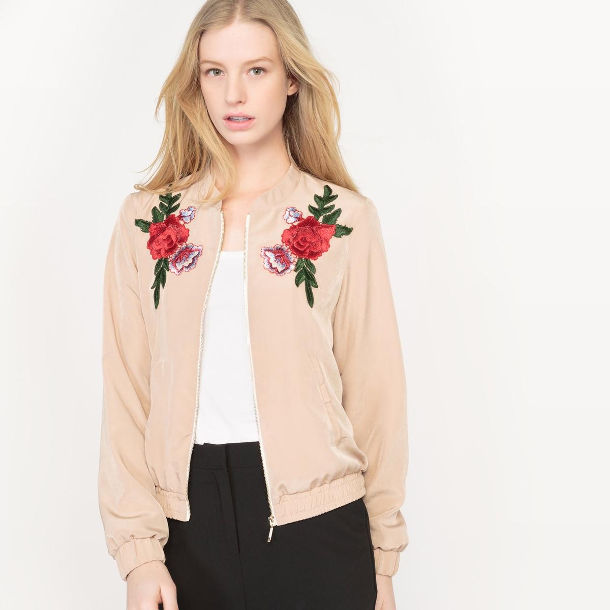 Куртка-бомбер с цветочным рисункомКуртка-бомбер легкая . Длинные рукава. Застежка на молнию спереди . Аппликация из вышитых цветов спереди . 2 косых кармана спереди. Манжеты и низ на резинке. Подкладка. Состав и описаниеМатериал : 100% полиэстер - Подкладка : 100% полиэстерДлина : 57 смМарка : Mademoiselle R.УходМашинная стирка при 30°C на умеренном режиме Стирать и гладить с изнаночной стороны.Гладить при низкой температуреБарабанная сушка запрещенаОтбеливание запрещеноСухая (химическая) чистка запрещена<br><br>Цвет: бежевый
