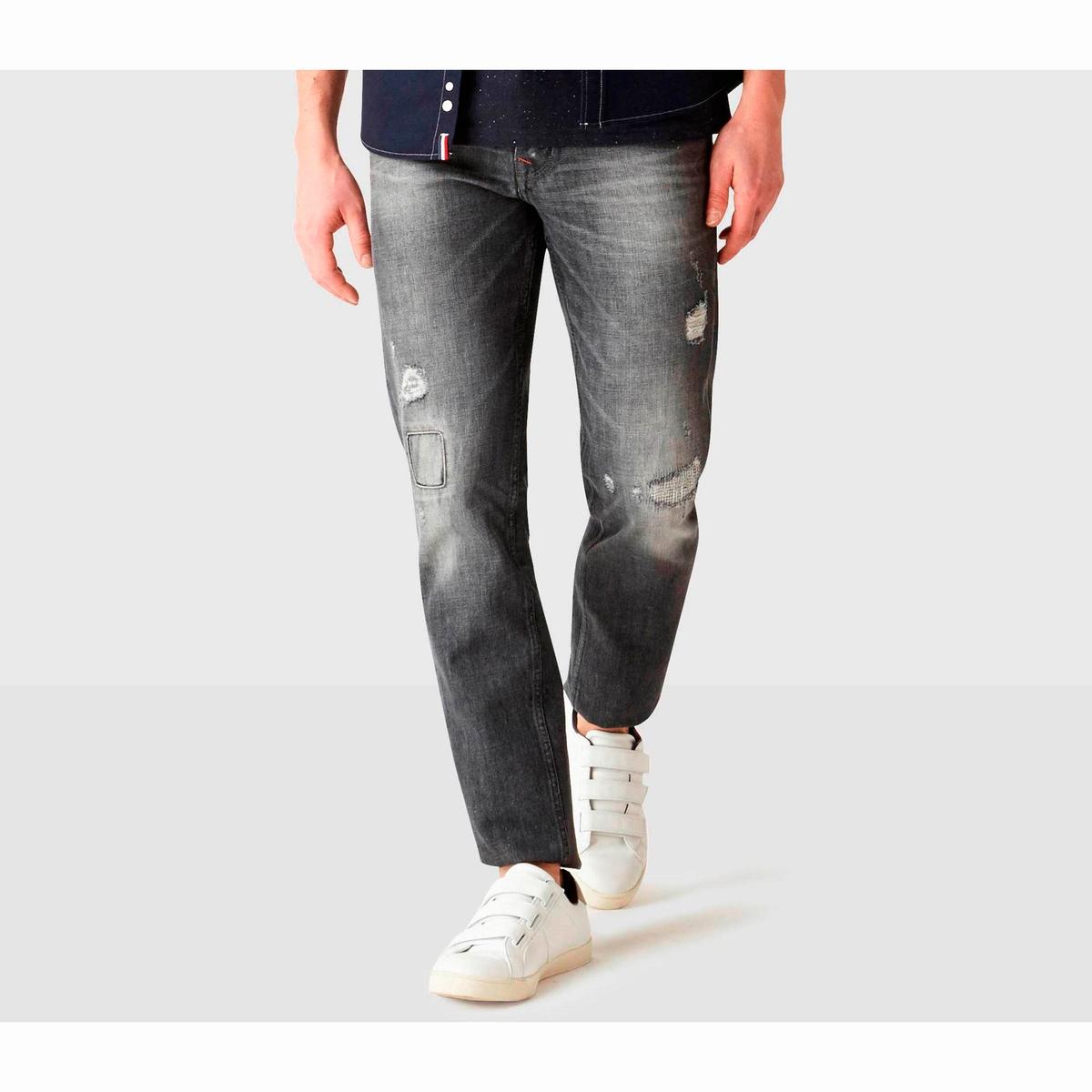 Джинсы зауженные в винтажном стиле, DOVICEДжинсы зауженные от колена в винтажном стиле, модель DOVICE от CELIO. Зауженный от колена покрой. Пояс со шлевками для ремня. Застежка на молнию и пуговицу. Карманы спереди и сзади. Нашивка сзади.   Состав и описаниеМатериал:  100% хлопка.Марка: CELIO.<br><br>Цвет: серый<br>Размер: 44 (FR) – 50 (RU), длина 34
