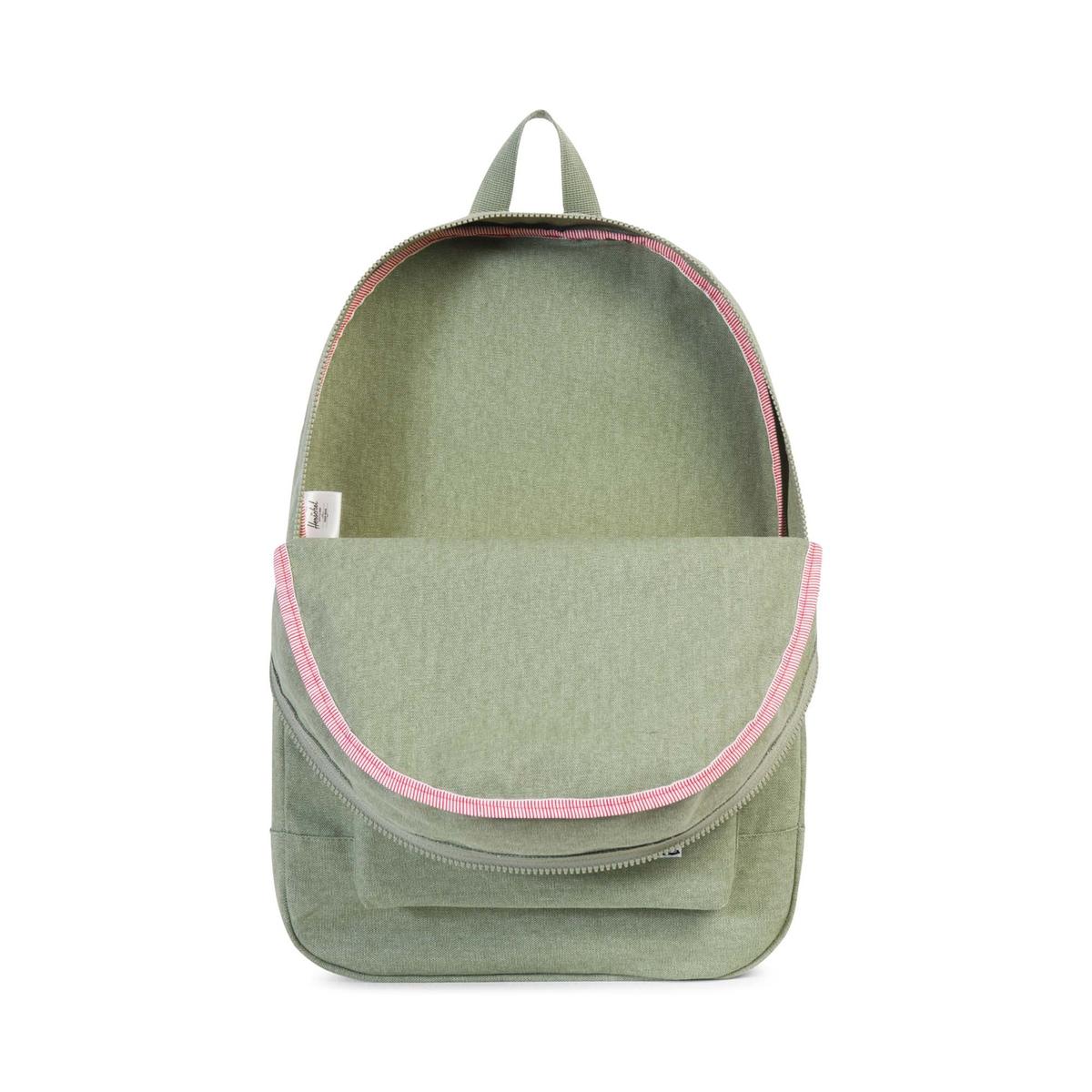 Рюкзак DAYPACKРюкзак HERSCHEL - модель DAYPACK. Объем  24,5 л. Основной карман на молнии + 1 внутренний карман + 1 внешний карман на молнии. Можно стирать. Разм. ок. 44 x 31 x 14 см. Состав и описание   Материал : 100% хлопковая канваМарка : HERSHEL<br><br>Цвет: зеленый