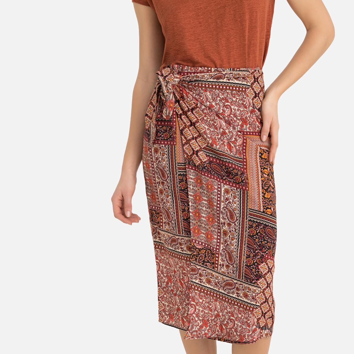Falda recta semilarga, estampado estilo fular