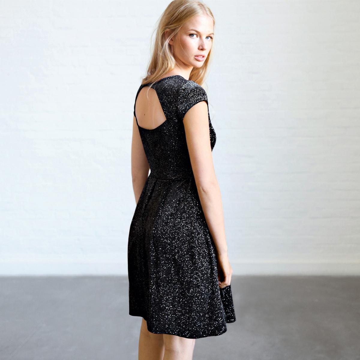 Платье трикотажное с короткими рукавамиПлатье трикотажное, 100% полиэстера. Эффект расшитой блестками ткани. Короткие рукава. Декольте причудливой формы на спинке. Встречные складки на юбке спереди и сзади. Длина 92 см.<br><br>Цвет: черный<br>Размер: 40 (FR) - 46 (RUS).34 (FR) - 40 (RUS)
