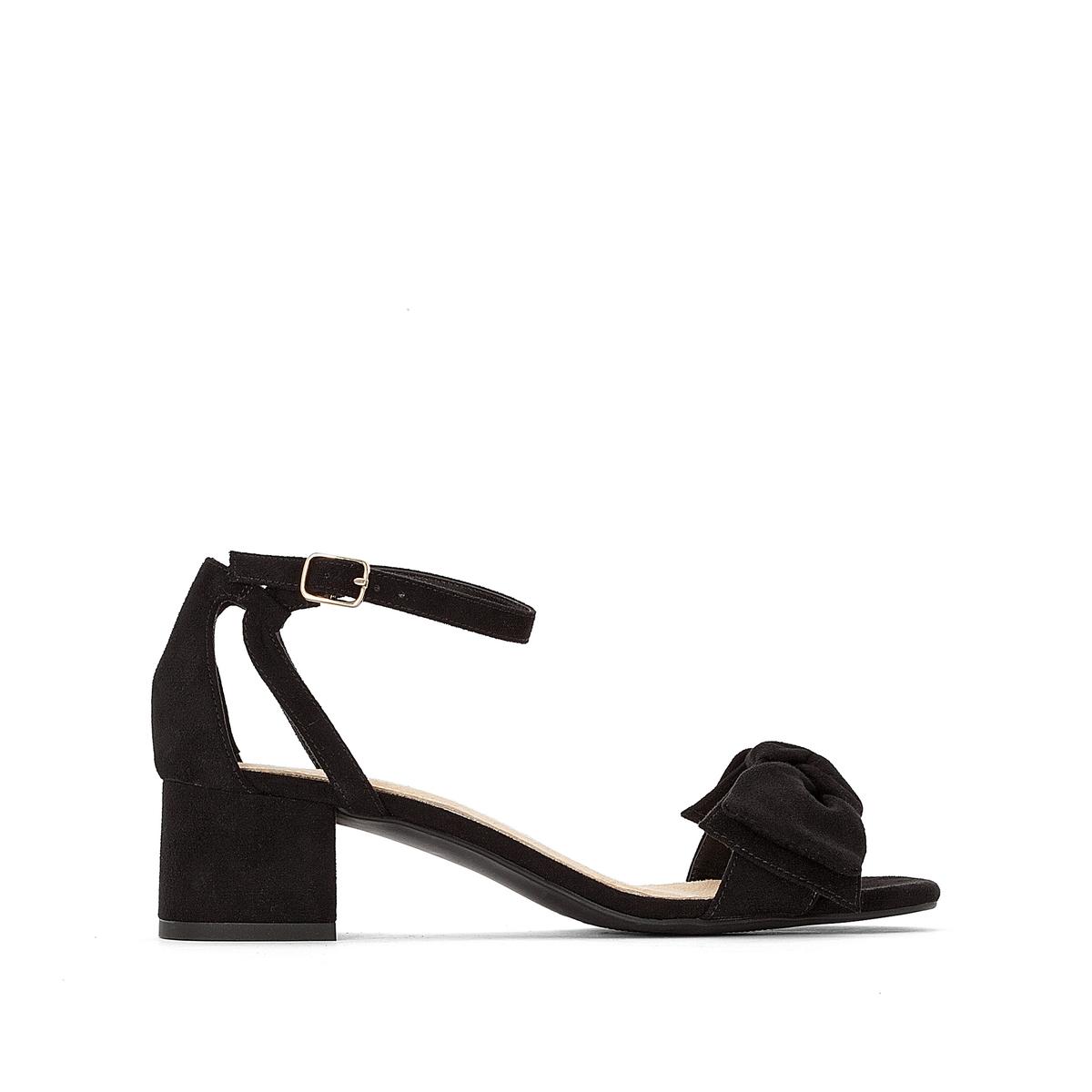 Sandalias con tacón ancho y lacito