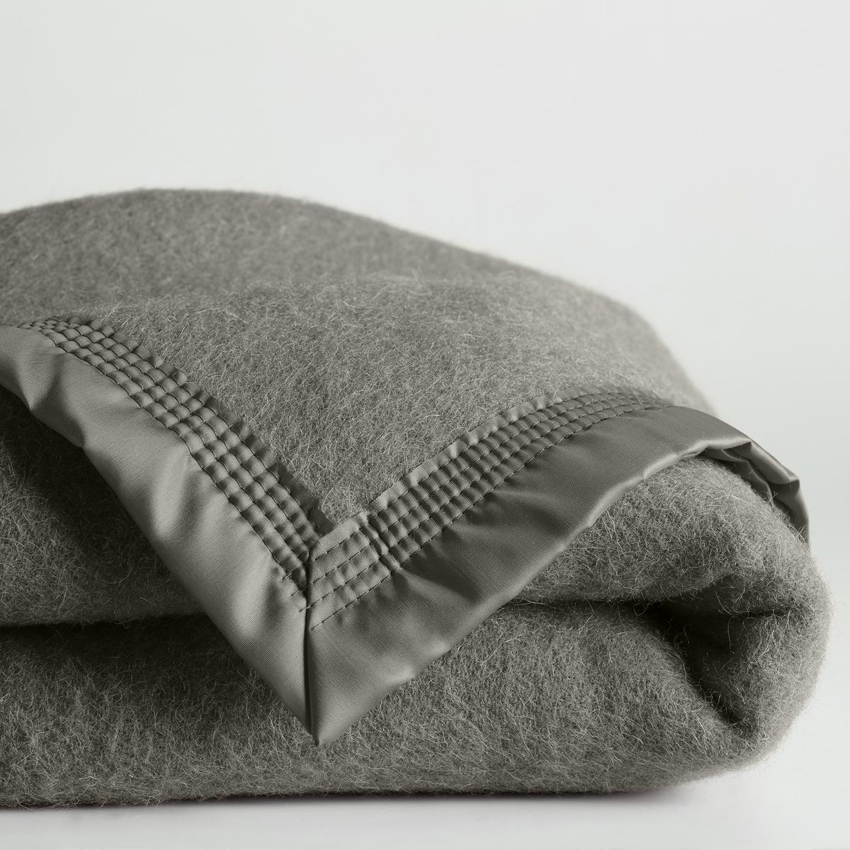 Покрывало 350 г/м? из 100% шерсти WoolmarkНатуральный и аутентичный материал.Характеристики покрывала :- 100% чистая шерсть Woolmark, валяная и промытая, широкая атласная кайма (100% полиамид), прошитая 4 укрепленными на каждом углу строчками для большей прочности.Модель для детской кровати (75x100 см) без атласной каймы с подрубленными краями.- Идеально подходит для слабо отапливаемых комнат (15-18 °С).- Рекомендована сухая чистка..<br><br>Цвет: розовый смородина,серо-коричневый каштан,серый,синий,слоновая кость<br>Размер: 75 x 100  см.75 x 100  см.240 x 220  см