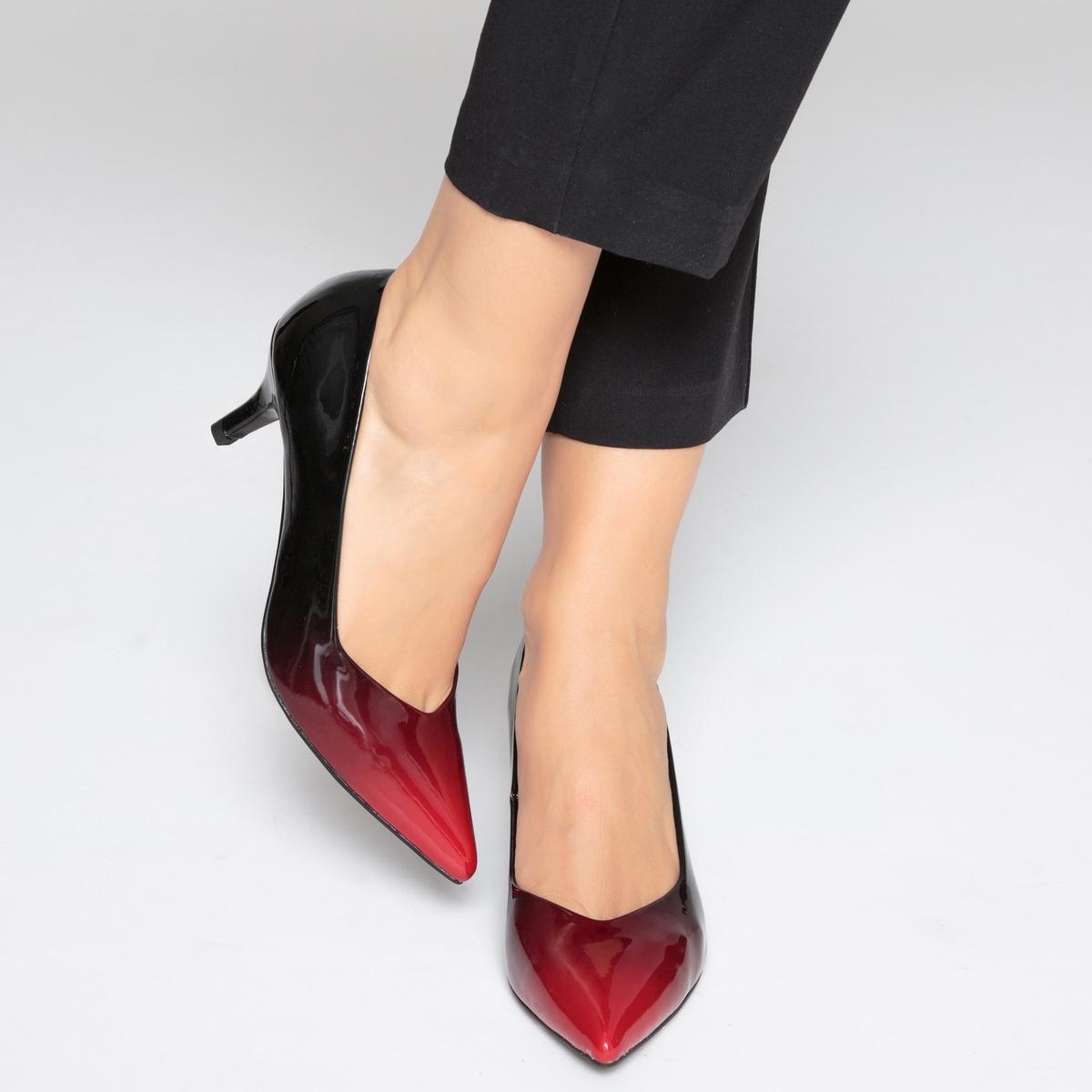 Zapatos de tacón rojos de charol, efecto degradé