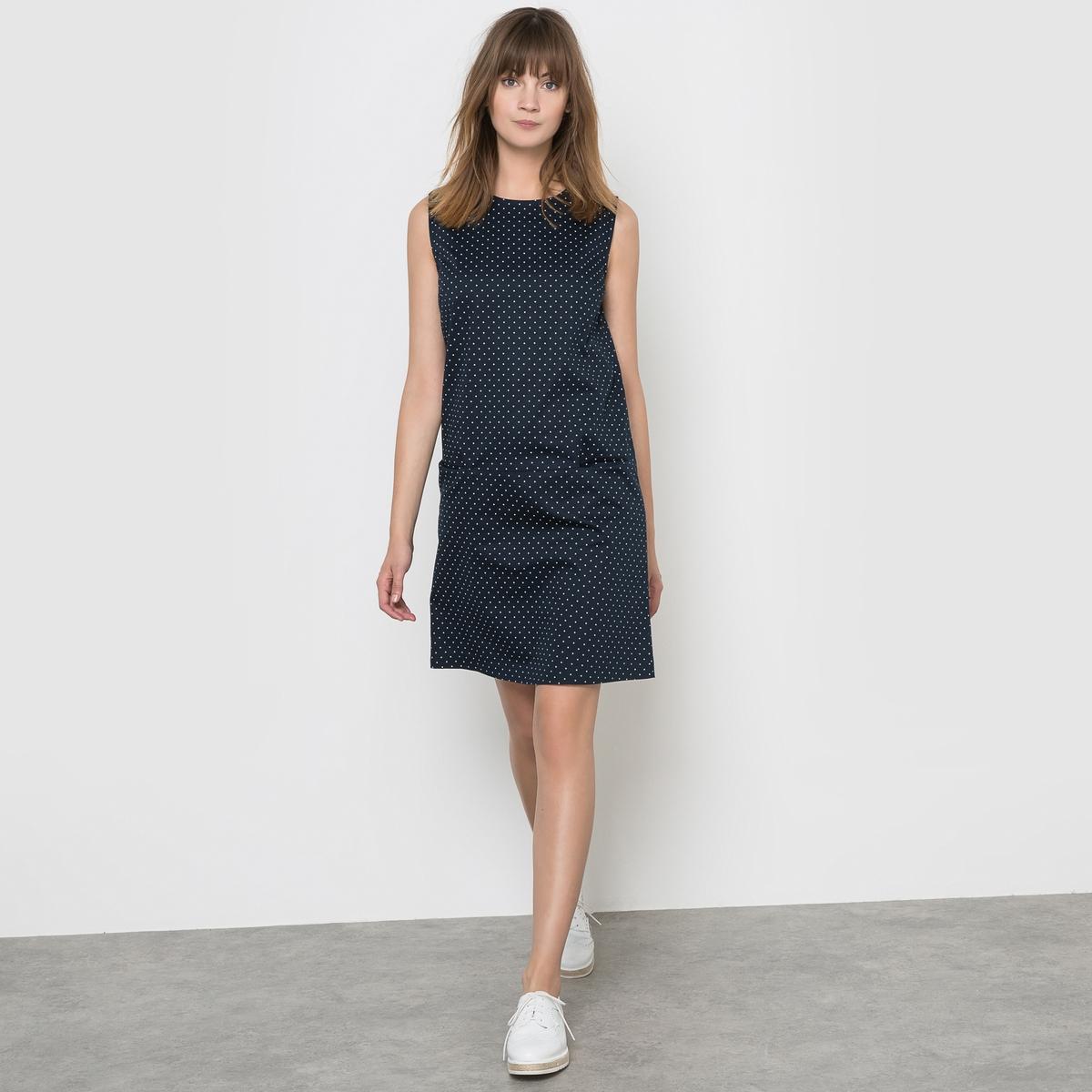 Платье в горошекПлатье без рукавов. Из сатина с рисунком в горошек. 98% хлопка, 2% эластана. 2 накладных кармана. Закругленный вырез. Застежка на молнию. Длина 90 см.<br><br>Цвет: в горошек<br>Размер: 50 (FR) - 56 (RUS)