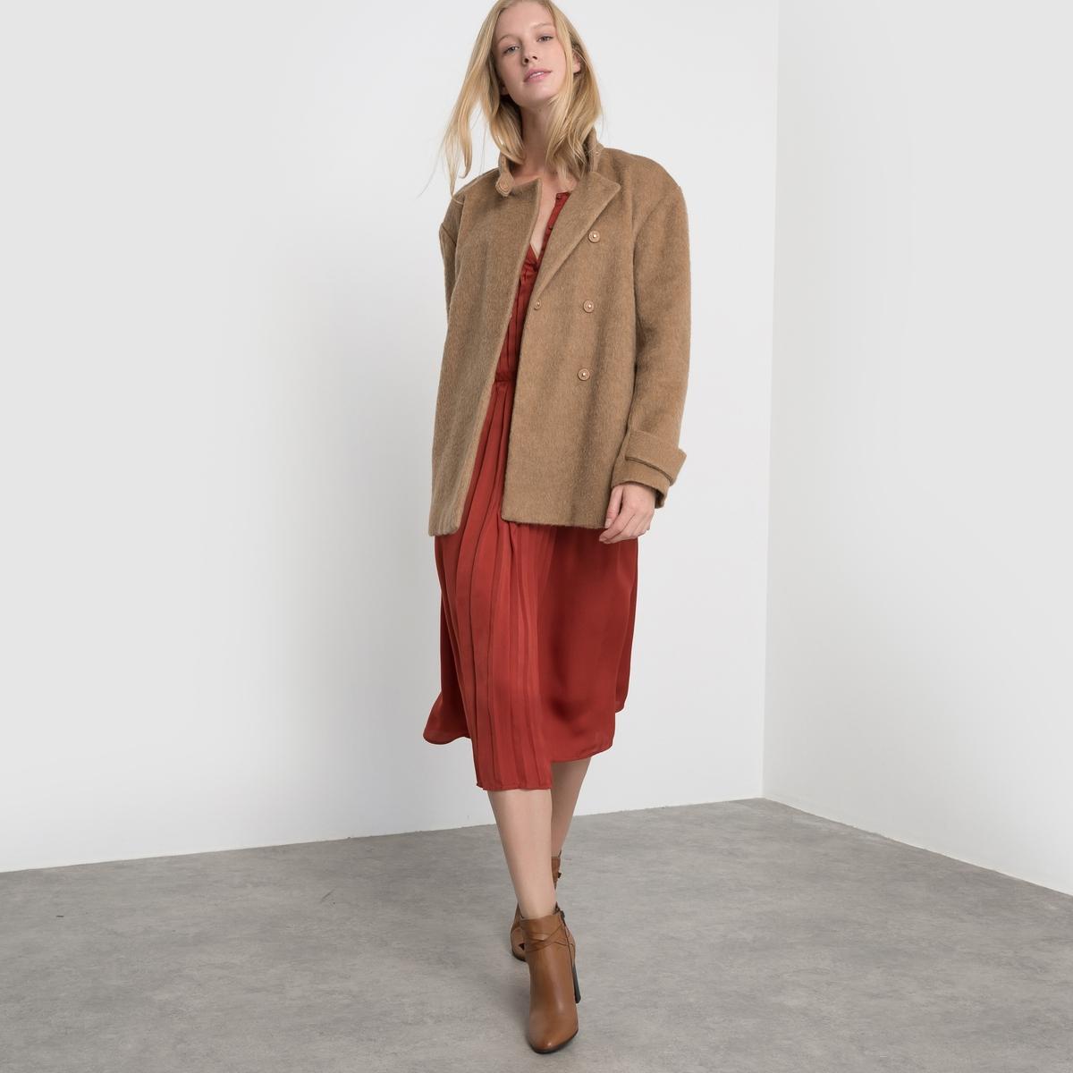 Пальто короткое с воротником-стойкойКороткое пальто прямого покроя. Высокий воротник. Двойная застёжка на кнопки. Паты на манжетах. Карманы по бокам. Хлястик сзади.Состав и описаниеМатериал: 35% полиэстера, 30% шерсти, 18% вискозы, 9% хлопка, 8% шерсти мериноса.                        Подкладка: 100% полиэстер.Длина:  70 см.Марка         atelier RУход- Сухая (химическая) чистка.- Не отбеливать.- Гладить при низкой температуре.- Машинная сушка запрещена.<br><br>Цвет: бордовый,темно-бежевый<br>Размер: 48 (FR) - 54 (RUS).46 (FR) - 52 (RUS).38 (FR) - 44 (RUS).48 (FR) - 54 (RUS).36 (FR) - 42 (RUS)