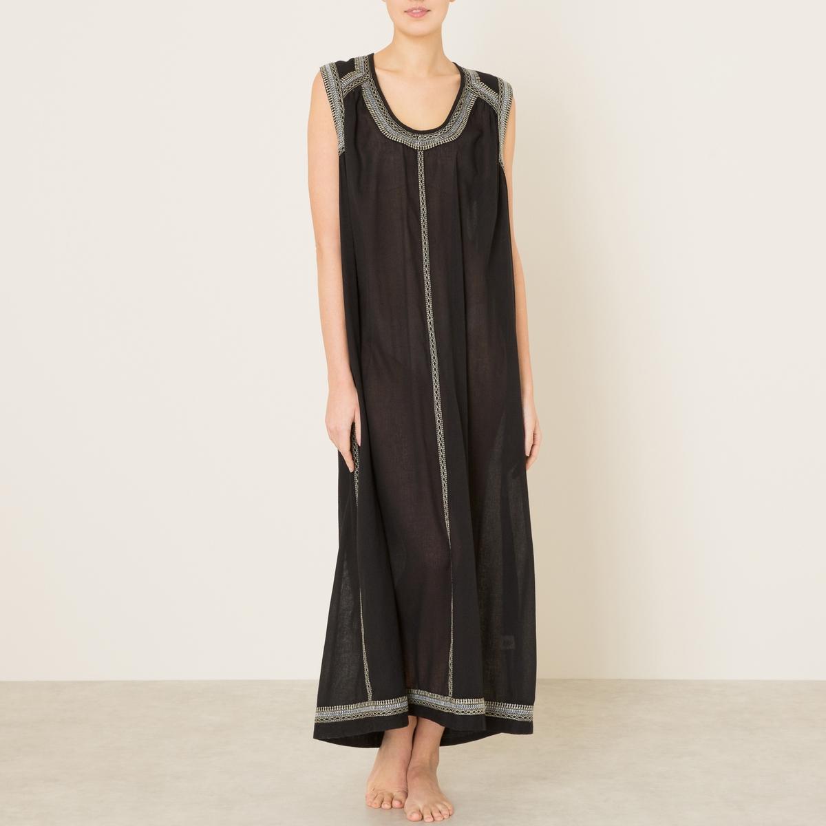 Платье CONKAПлатье длинное ANTIK BATIK - модель CONKA с контрастной вышивкой. Расклешенный покрой. V-образный вырез. без рукавов. Края выреза, проймы, низа и отрезных деталей отделаны расшивной тесьмой. Закругленная, слегка удлиненная спинка.Состав и описание    Материал : 100% вискоза   Марка : ANTIK BATIK<br><br>Цвет: черный<br>Размер: 40 (FR) - 46 (RUS)