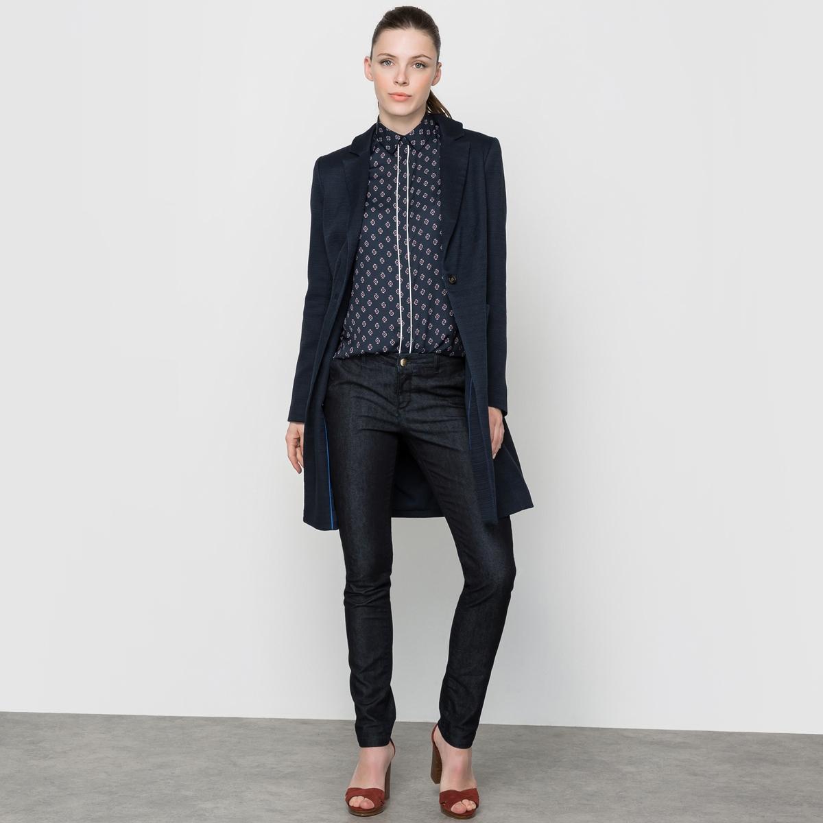 Пальто с длинными рукавамиЗастежка на пуговицы. Пиджачный воротник. 2 накладных кармана по бокам. Пальто 67% полиэстера, 32% хлопка, 1% эластана. Подкладка основной части 100% хлопка, рукавов 100% полиэстера. Длина 90 см.<br><br>Цвет: темно-синий<br>Размер: 40 (FR) - 46 (RUS)