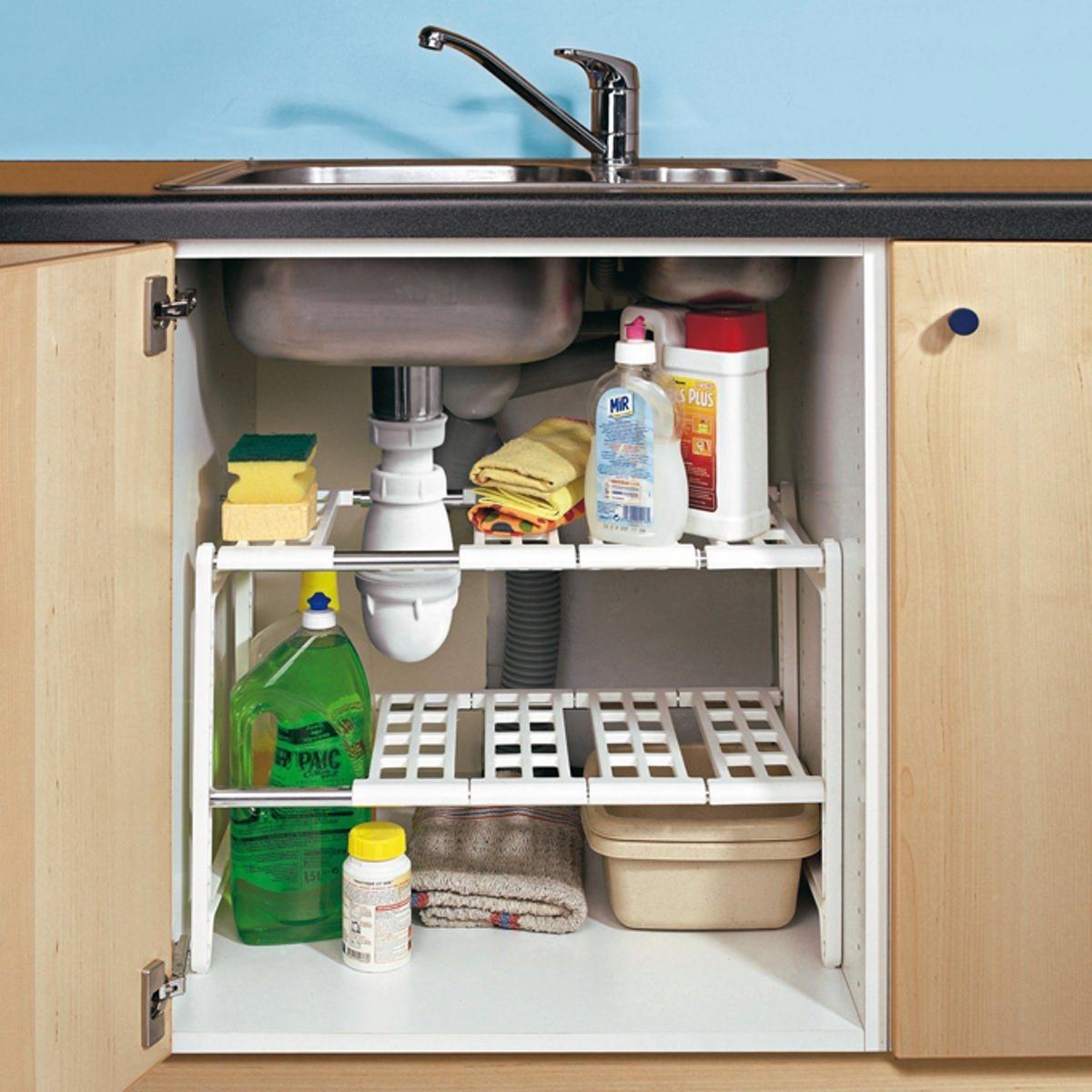 Полка под мойкуХарактеристики полки :- ПВХ и лакированный металл.- Длина регулируется от 44,5 до 82 см, легко подстраивается под любой шкаф.Размеры :В.38,9 x Ш.28 см.<br><br>Цвет: белый