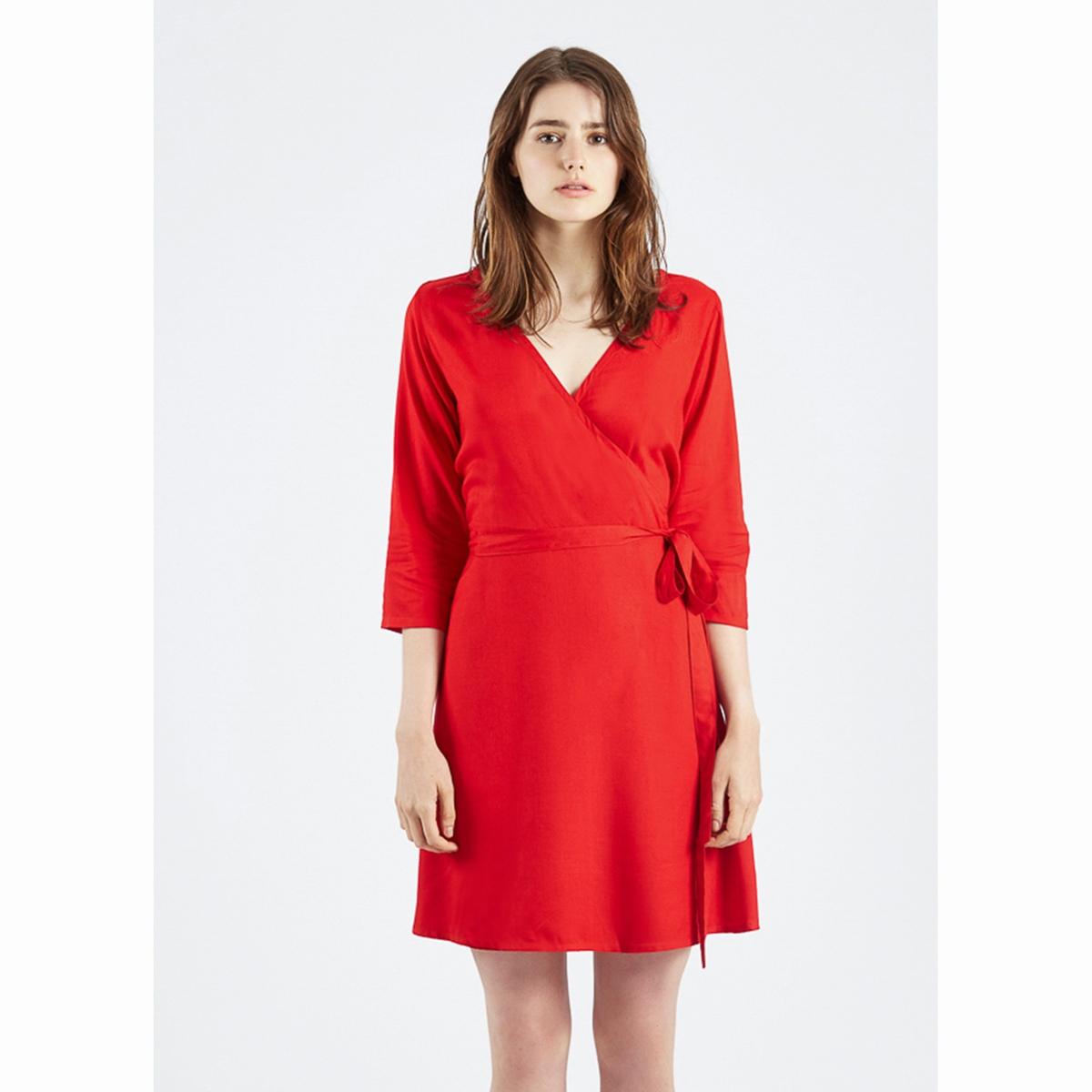 Платье с запахом Vestido Rojo MaqiСтруящееся платье с запахом, Vestido Rojo Maqi. Рукава ?. V-образный вырез, перекрещивающиеся полы спереди. Пояс с завязками. Состав и описаниеМатериалы : 100% вискозаМарка : Compania FantasticaМодель : Vestido Rojo MaqiУходСледуйте рекомендациям по уходу, указанным на этикетке изделия.<br><br>Цвет: красный