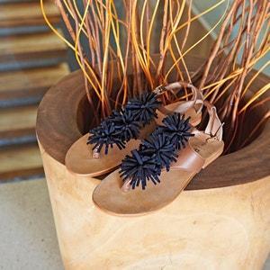 Sandálias em pele, detalhes pompons atelier R