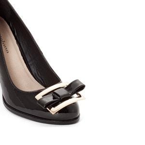 Zapatos de charol con tacón y detalle de bisutería CASTALUNA