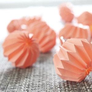 PAPER FLOWER - Guirlande Lumineuse Origami Corail LED L2,75m - Guirlande et objet lumineux Xmas Living Glass designé par XMAS LIVING GLASS