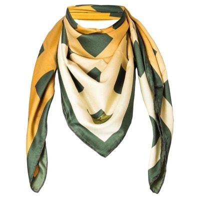 Foulard motif Vert Or avec sa pochette cadeau Foulard motif Vert Or avec sa  pochette cadeau. VERSACE 19.69 1d33f54b6a1