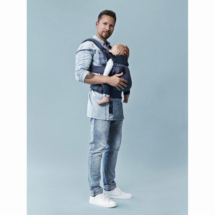 On règle les bretelles et sangles pour un confort optimal et on place le  bébé face à soi dans le porte-bébé, ... f546a02c00f