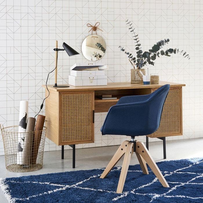 Tapis et fauteuil. classic blue dans un bureau